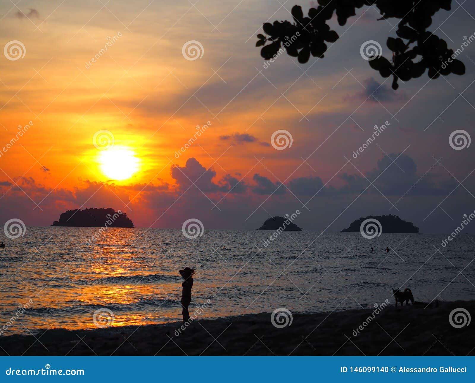 令人惊讶的日落在Ko张泰国的南部的一个海岛,接近柬埔寨边界