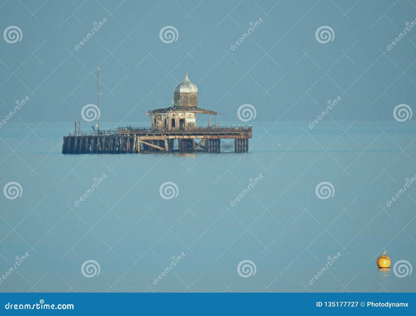 令人毛骨悚然的鬼的流浪汉被放弃的维多利亚女王时代的码头