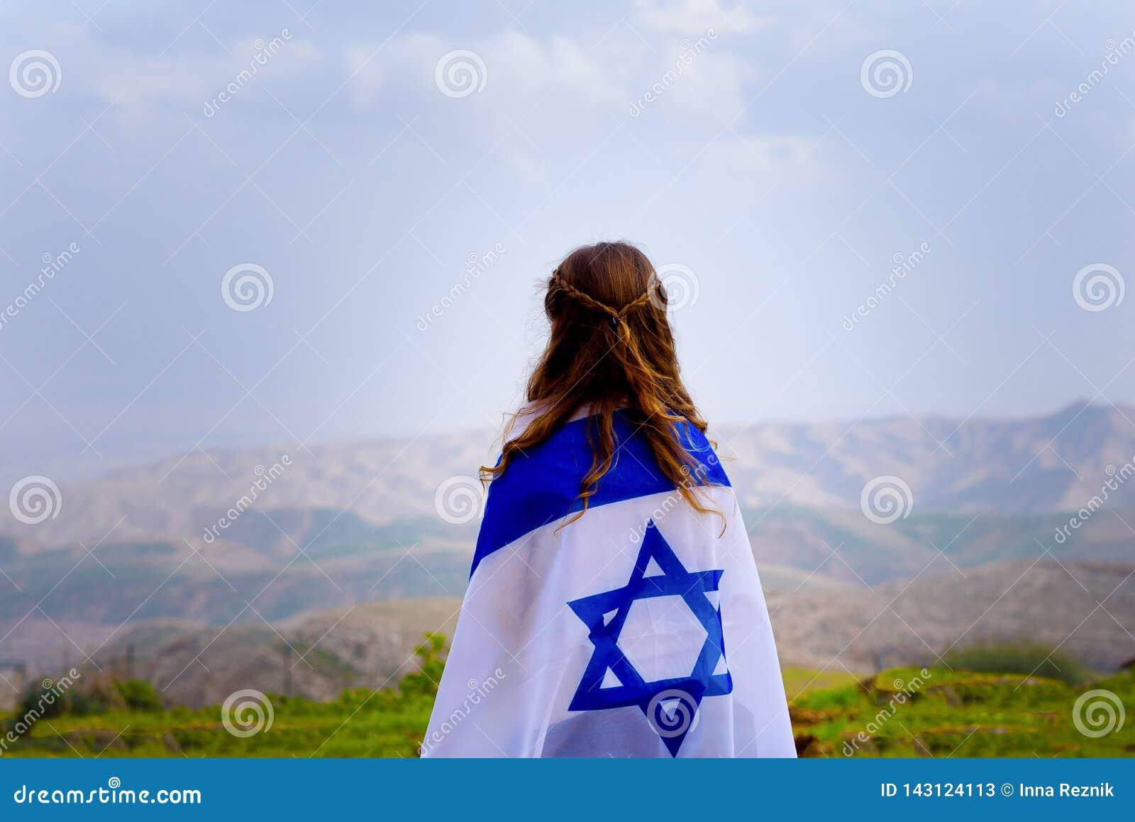 以色列犹太女孩有以色列旗子后面视图
