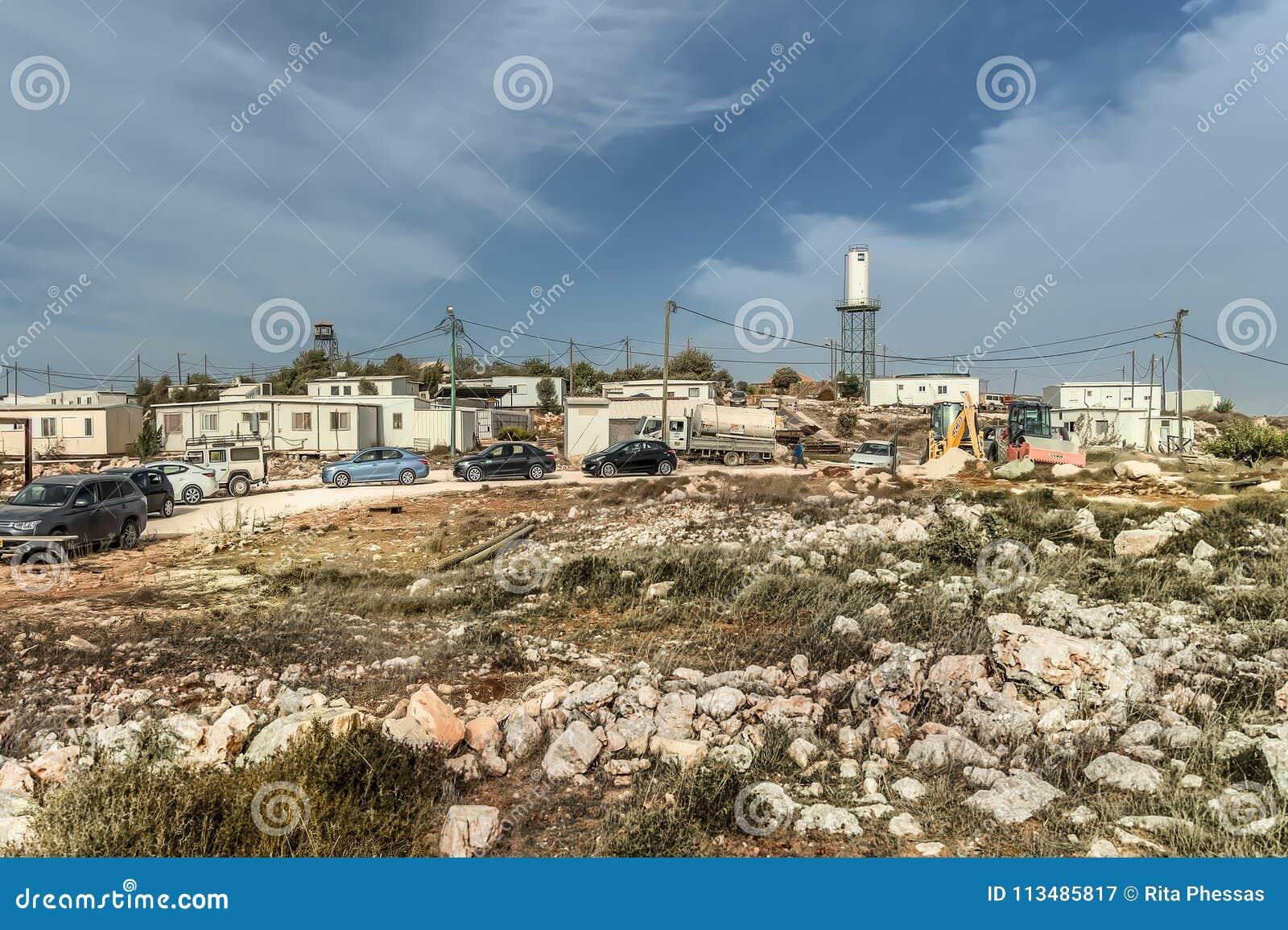 以色列犹太沙漠2015年10月24日 犹太移居者在judea沙漠的沙漠非法地架设新的存在,他们说