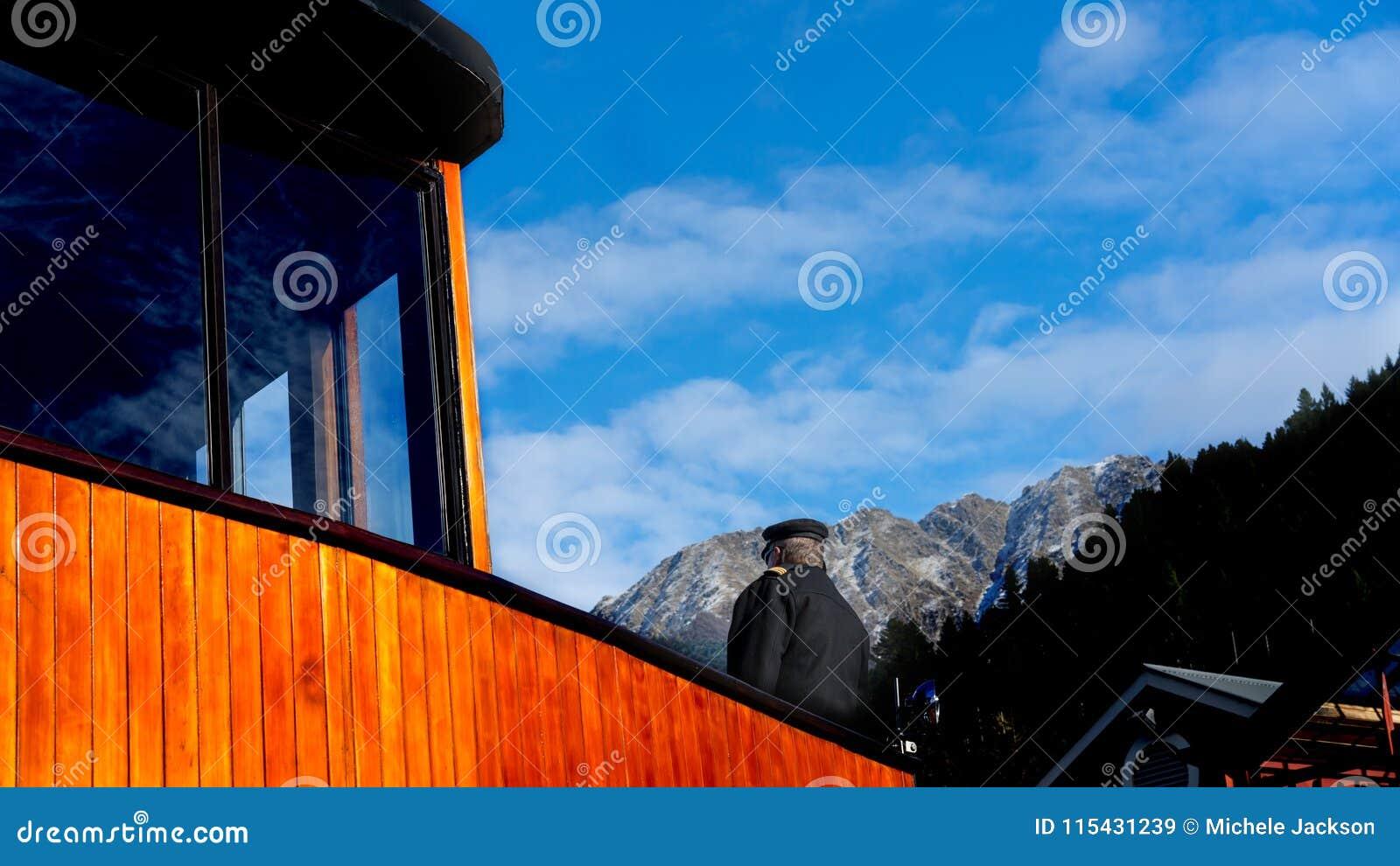以远汽轮On The Deck With上尉积雪的阿尔卑斯