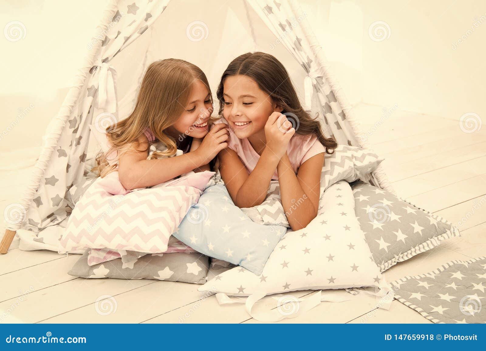 份额秘密概念 女孩逗人喜爱的孩子在圆锥形帐蓬卧室放置放松 休闲的逗人喜爱的空间 E