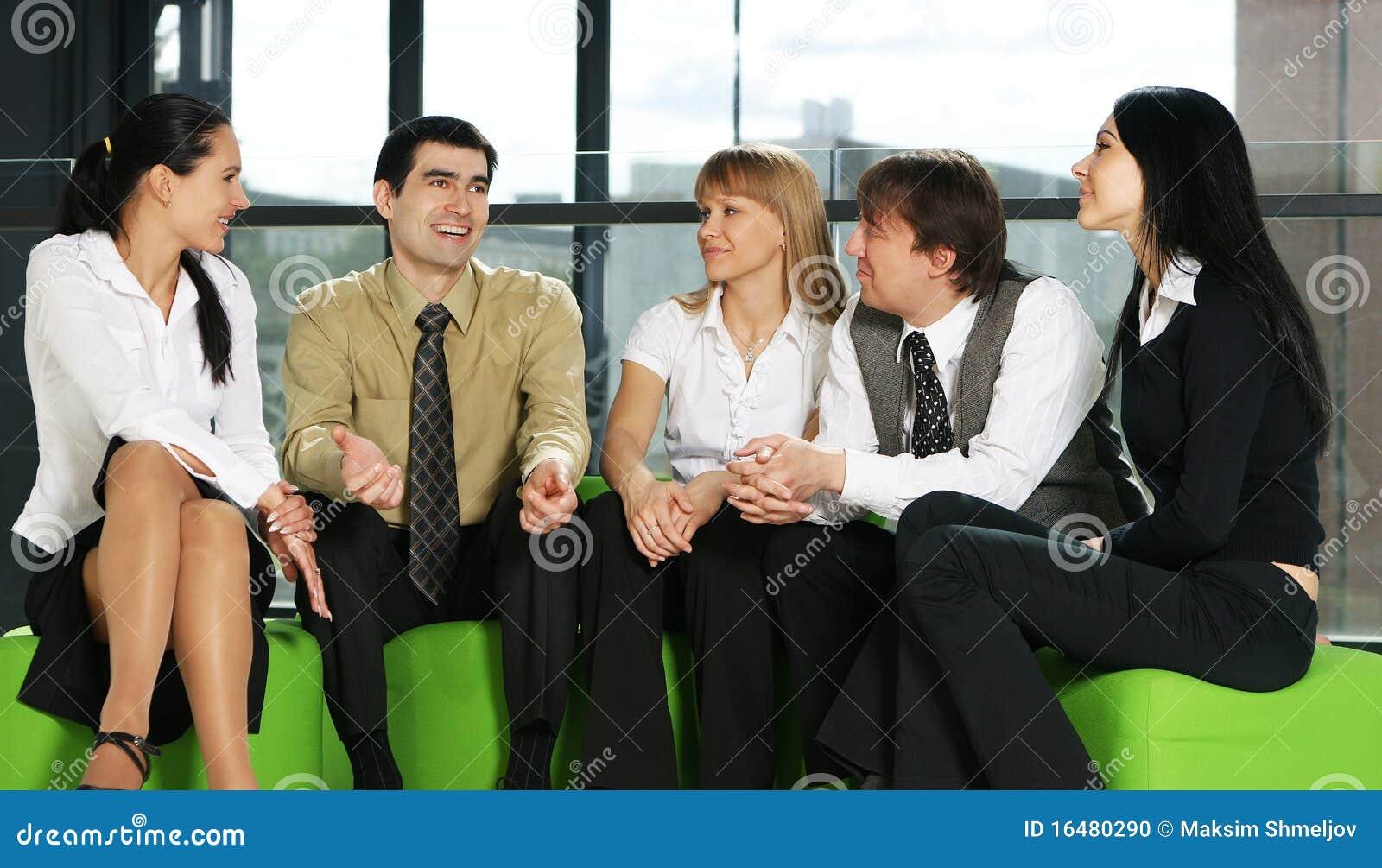 企业交谈小组年轻人