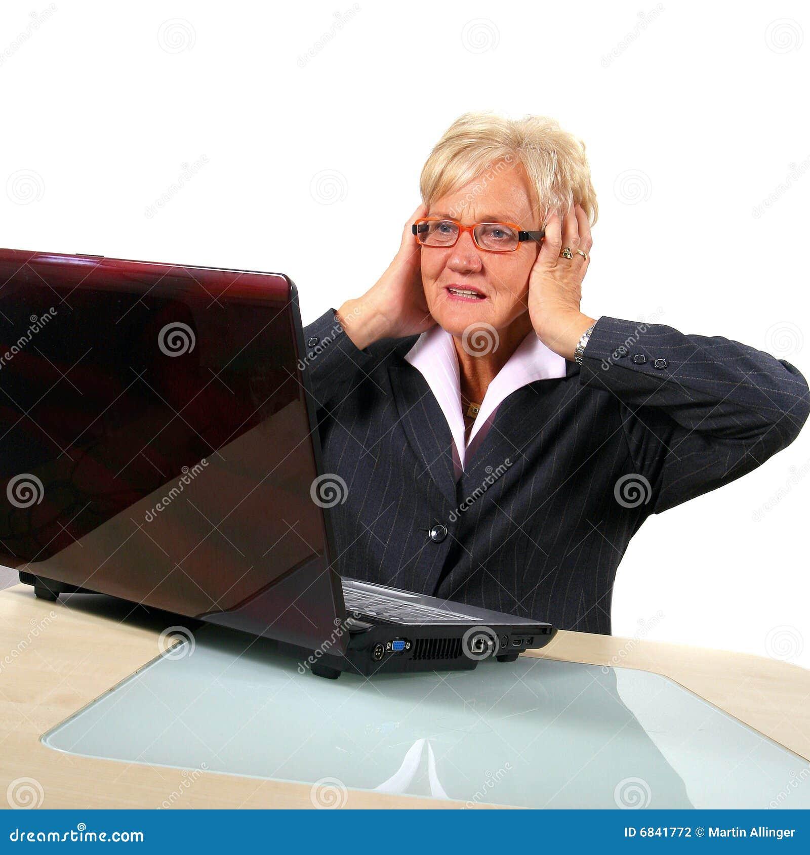 企业前膝上型计算机高级震惊妇女