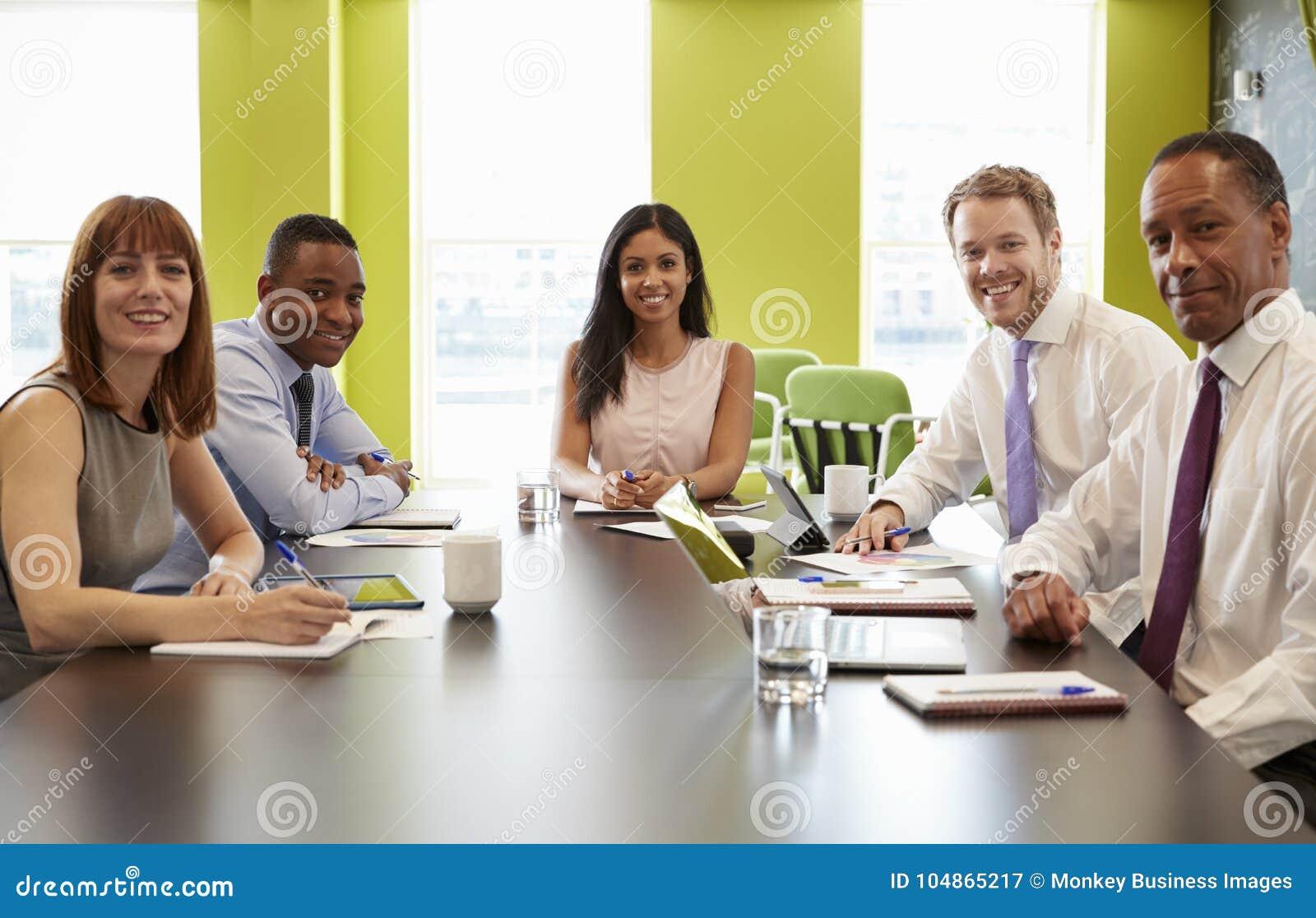 企业同事在一次非正式会议上看对照相机