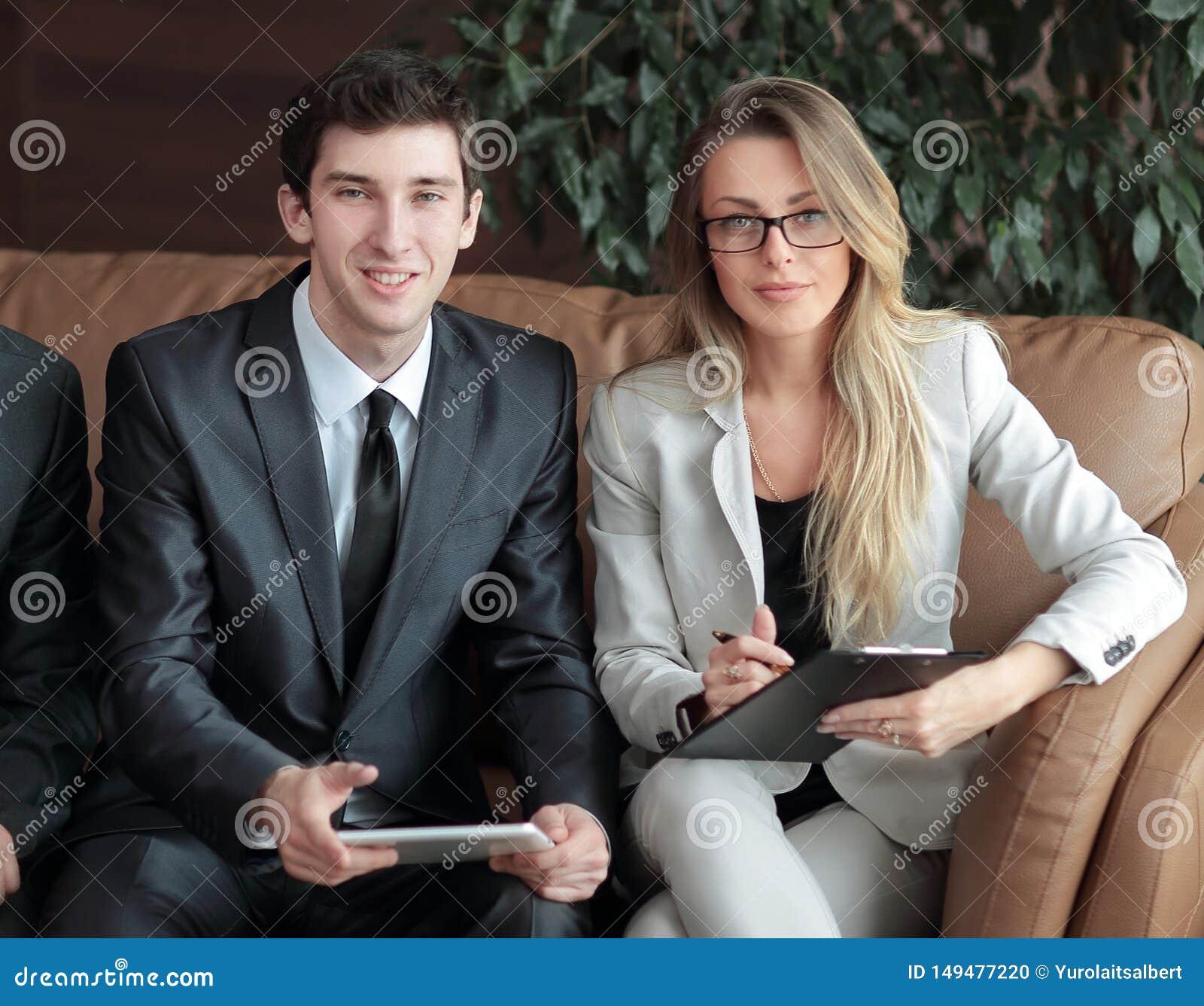 ?? 企业同事在办公室的大厅谈论坐