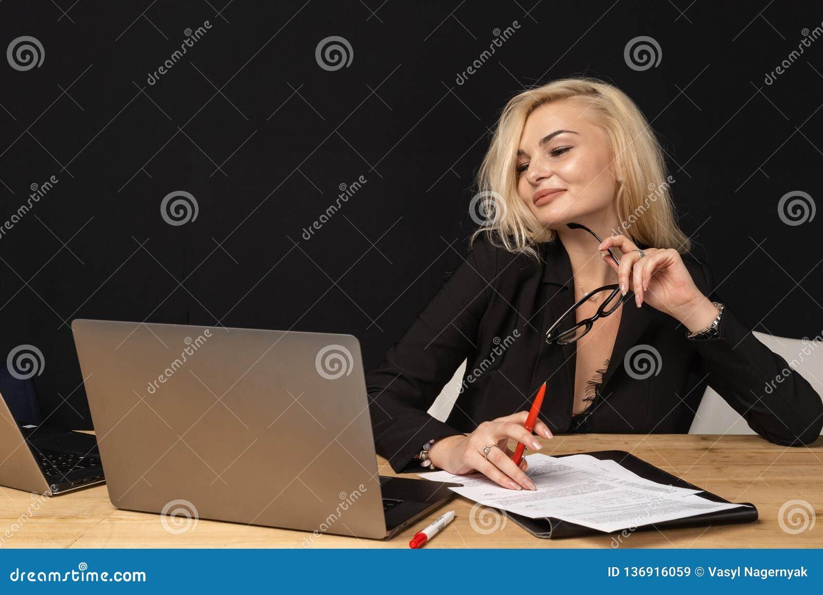 企业夫人美丽的白肤金发的妇女聪明的总经理