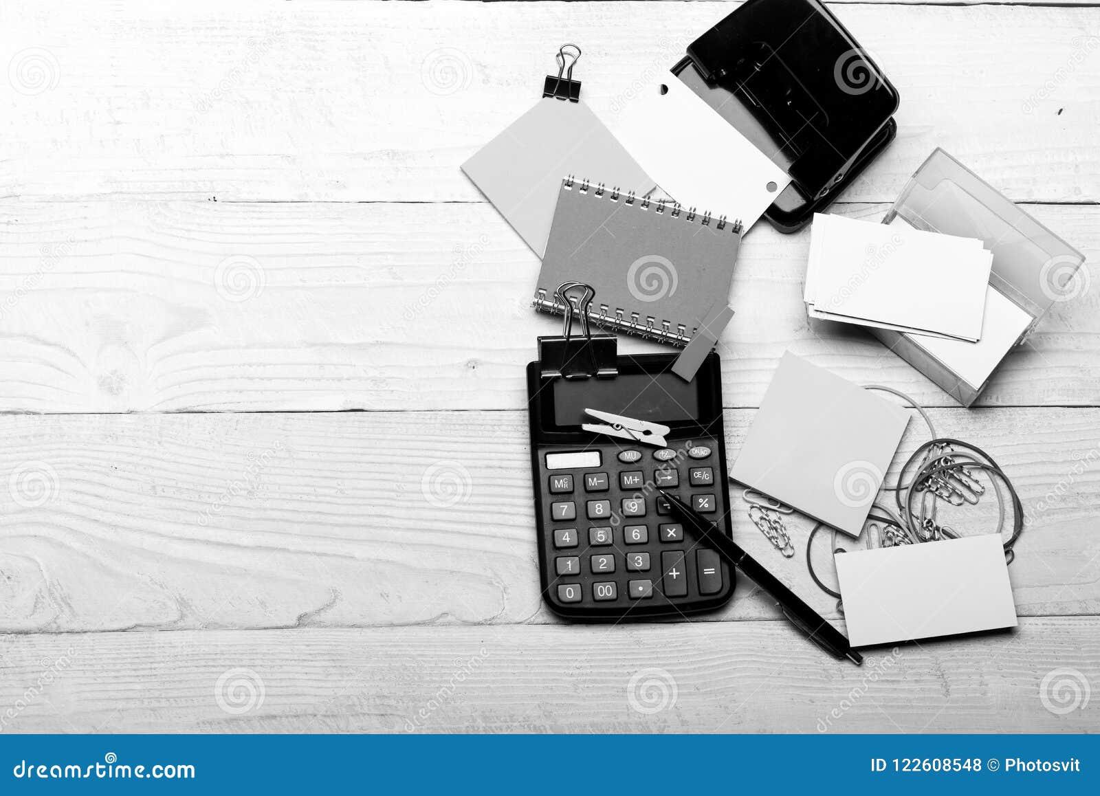 企业想法概念 笔记本和穿孔机在笔附近在白色木背景