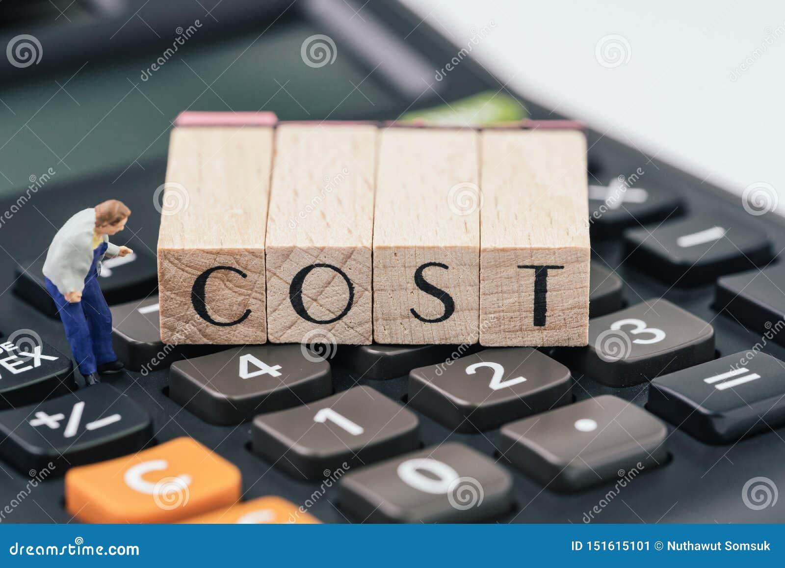 企业或投资成本和费用了悟,微型图,小心地看木邮票块的人安排词