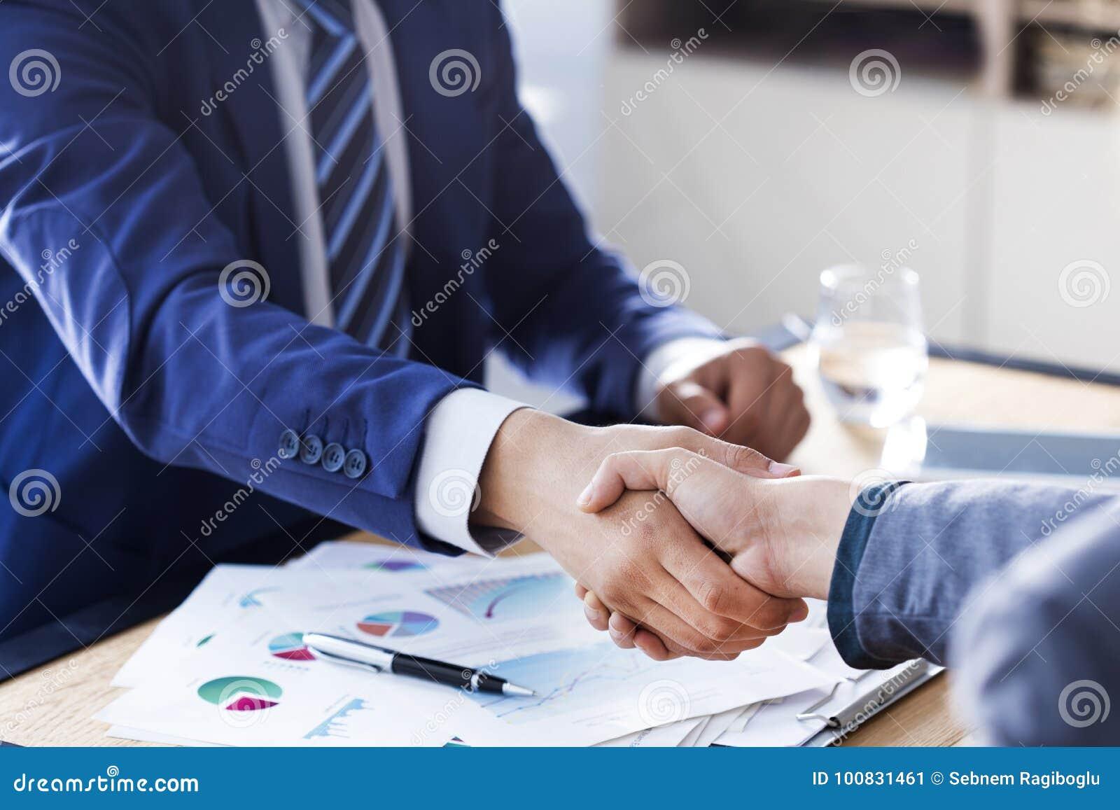 企业握手在办公室