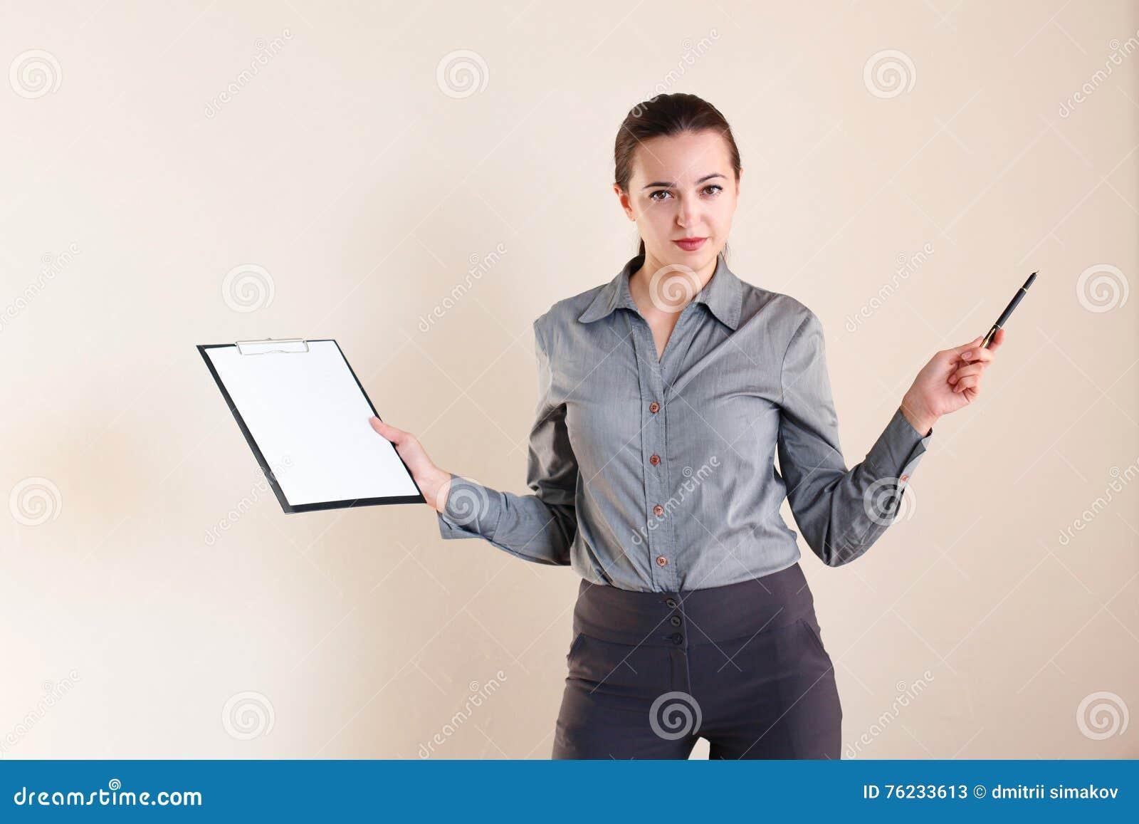 企业样式的女孩与文件夹