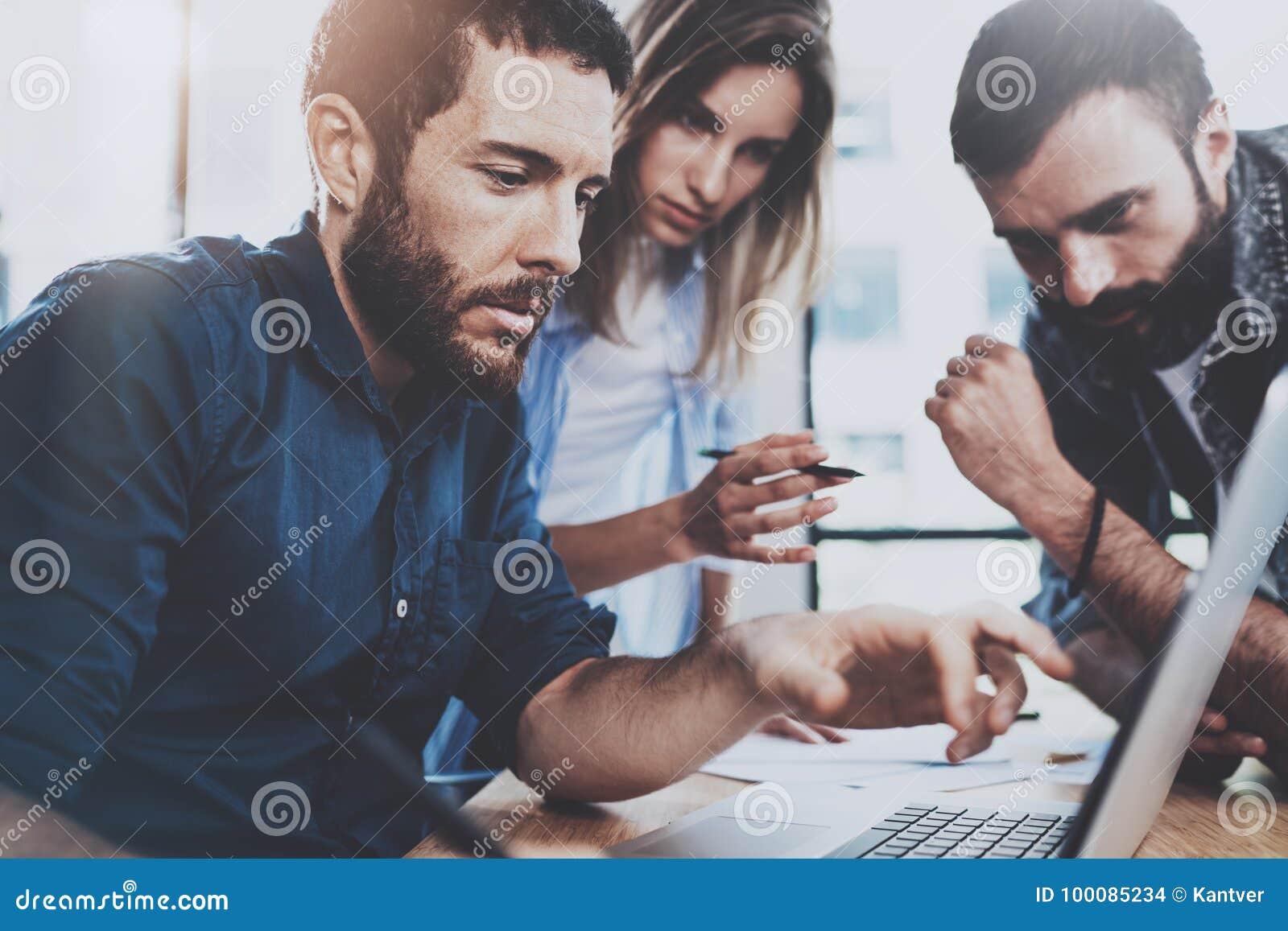 企业概念查出的小组白色 谈论年轻的专家新的事务在现代办公室射出 小组三个人分析