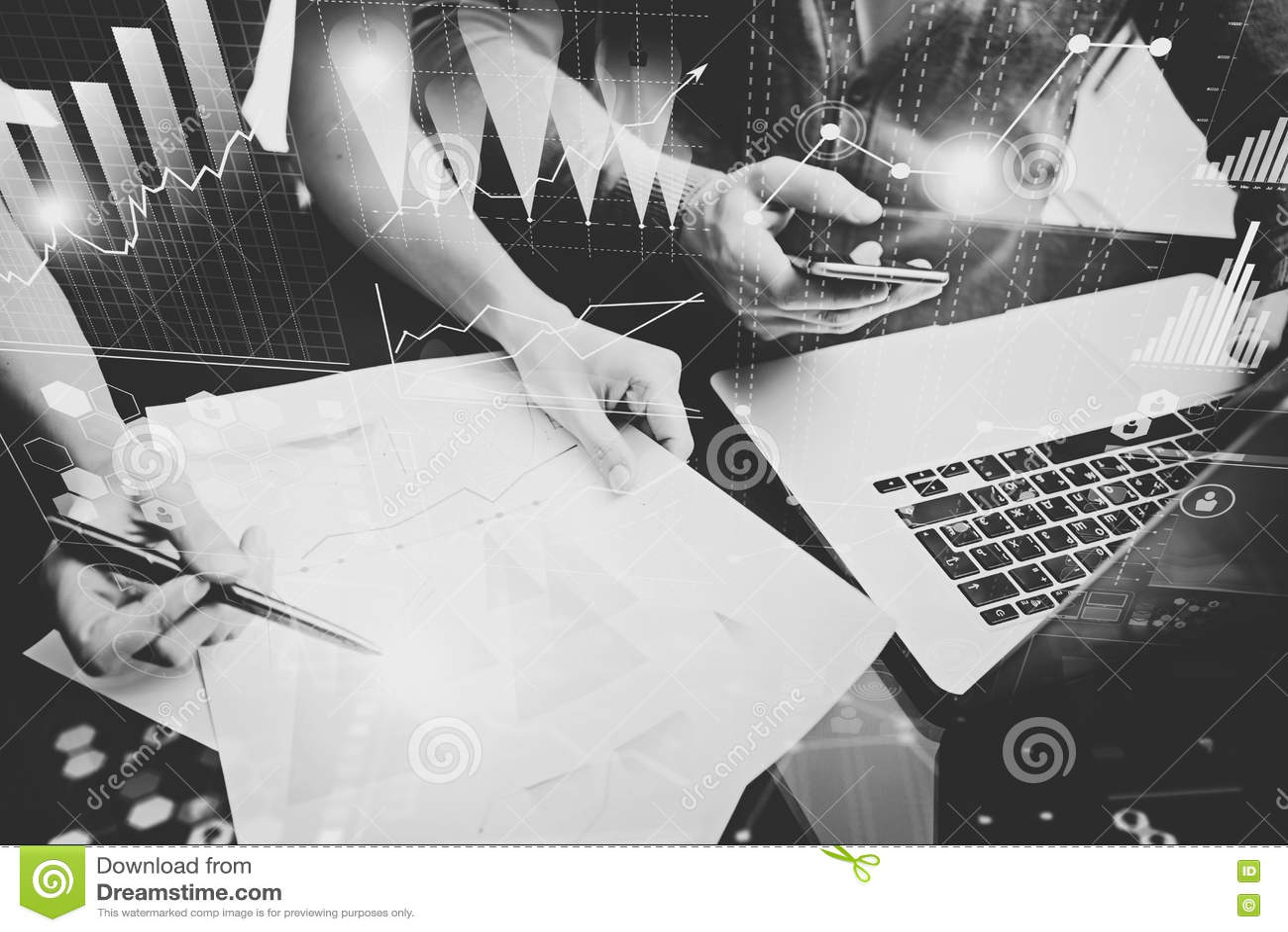 企业概念照片 投资管理人员会议  妇女签署文件 拿着智能手机的人,使用膝上型计算机 图象