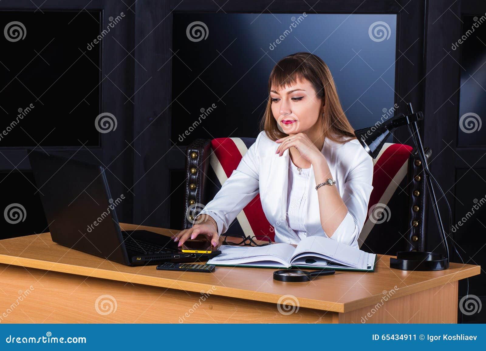 企业沉思妇女