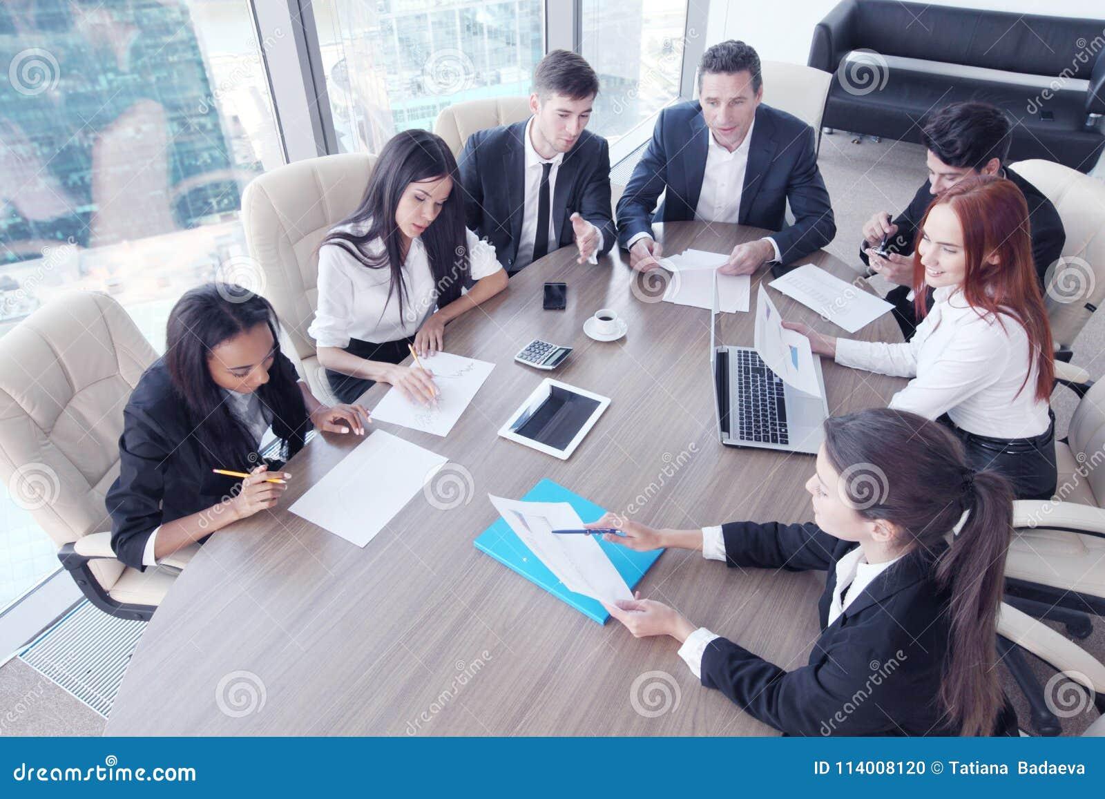 企业生意人cmputer服务台膝上型计算机会议微笑的联系与使用妇女