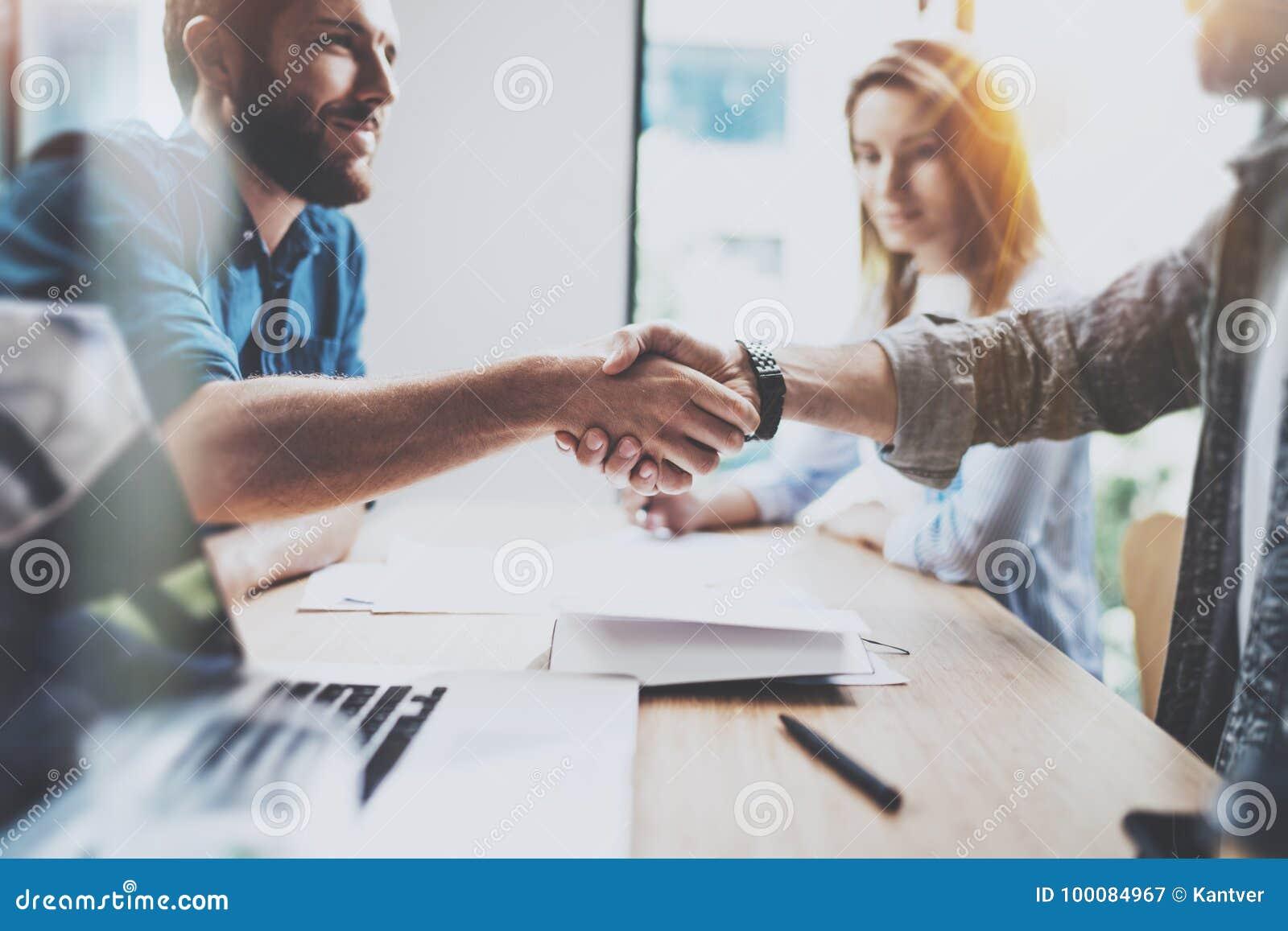 企业男性合作握手概念 照片两工友握手过程 在巨大会议以后的成功的成交