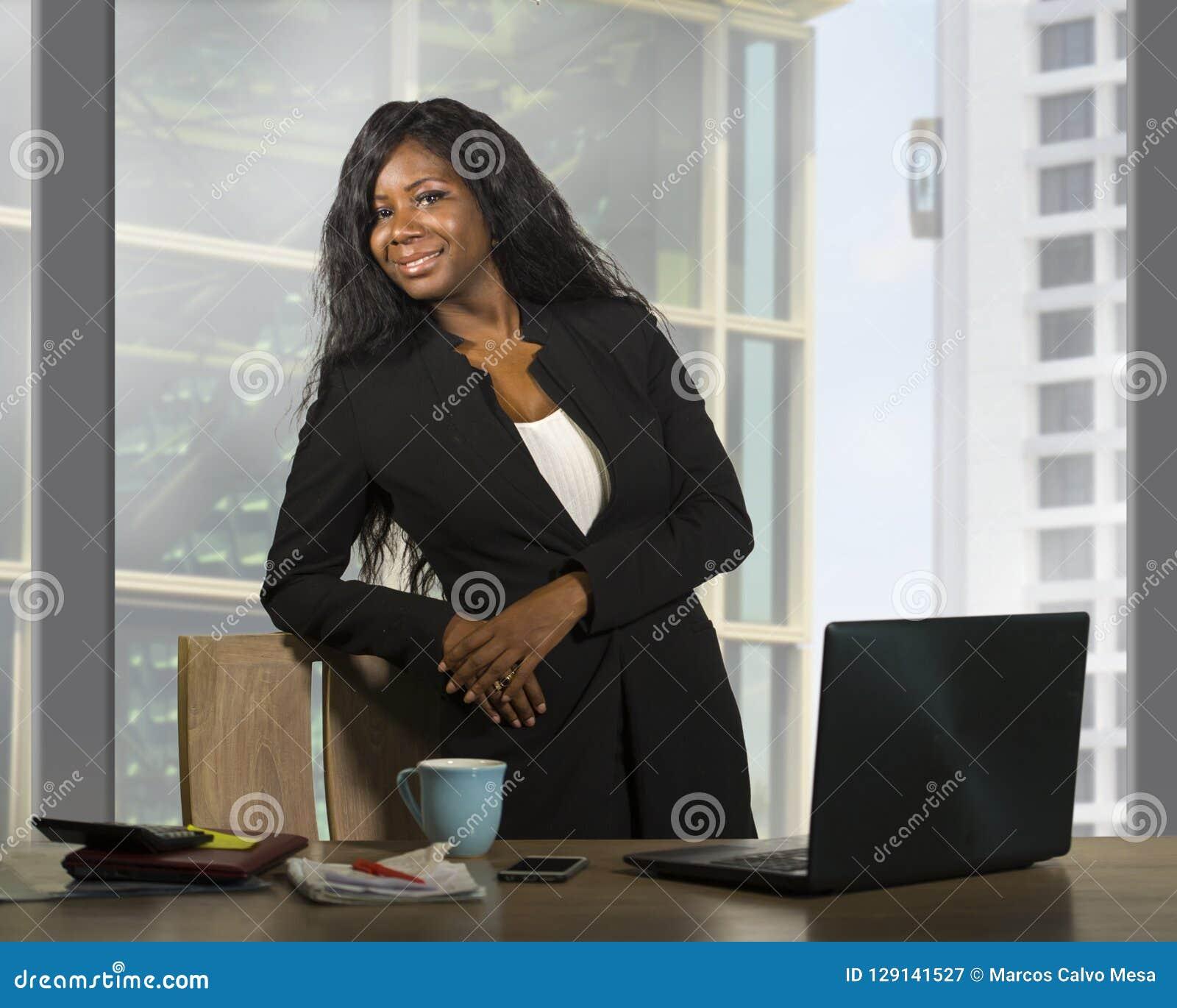 企业画象年轻愉快的可爱的黑人非裔美国人的女实业家微笑的确信常设成功在financi