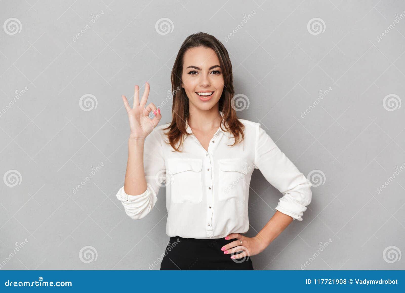 企业纵向微笑的妇女年轻人