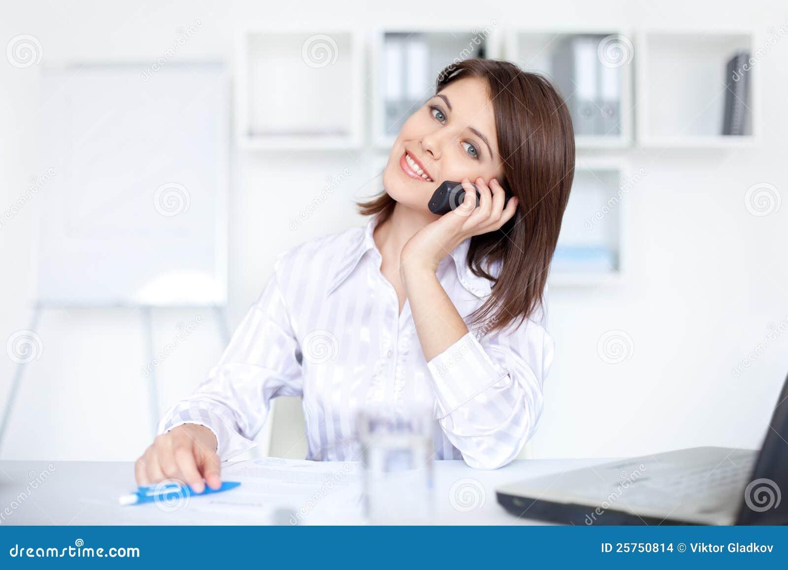 企业购买权电话告诉的妇女