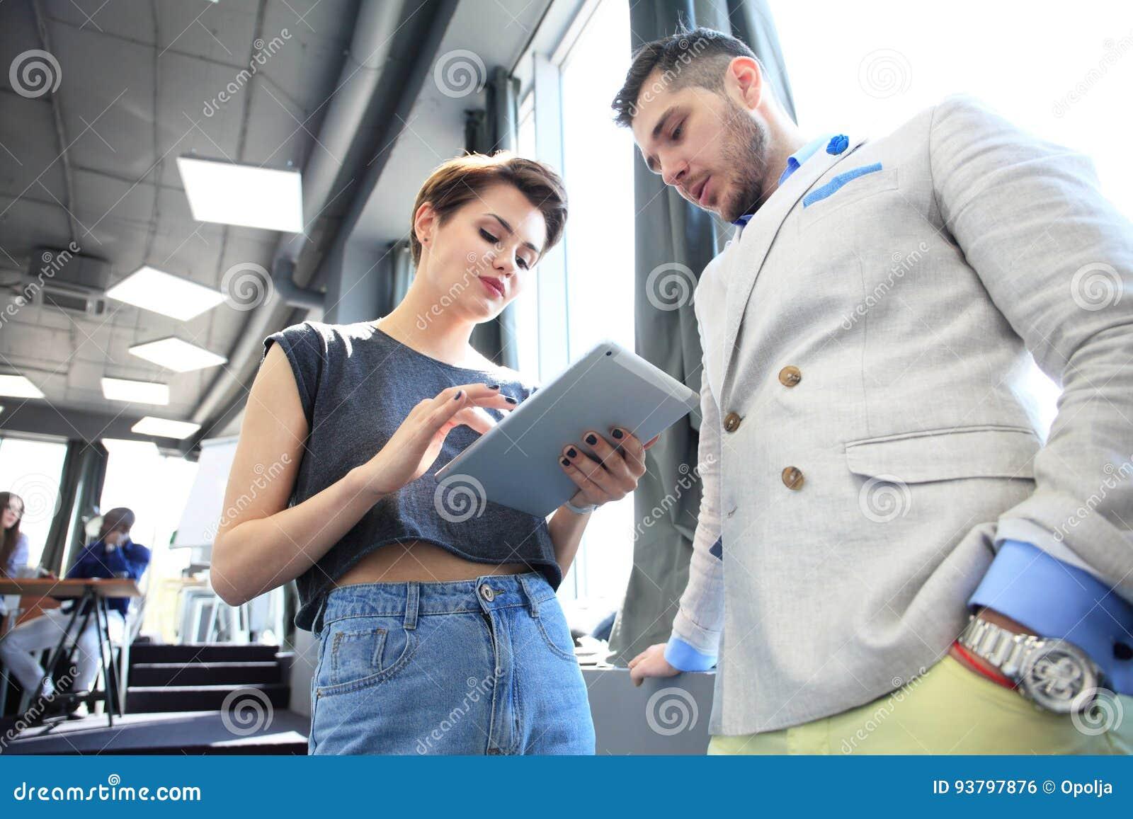 企业队工作过程现代办公室 照片专业乘员组与新的起始的项目一起使用 项目负责人