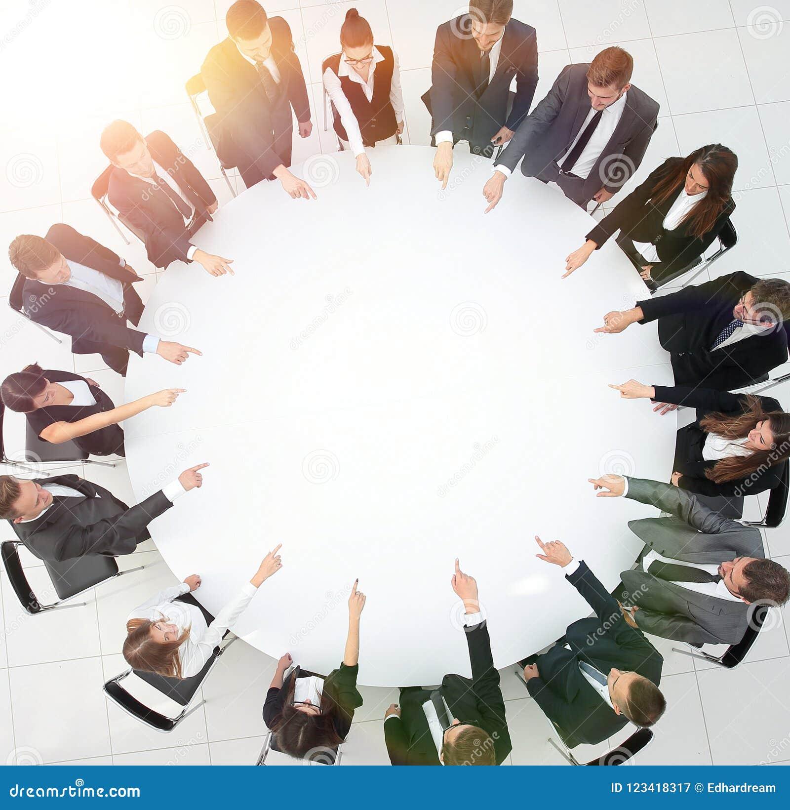 企业队表明圆桌的中心