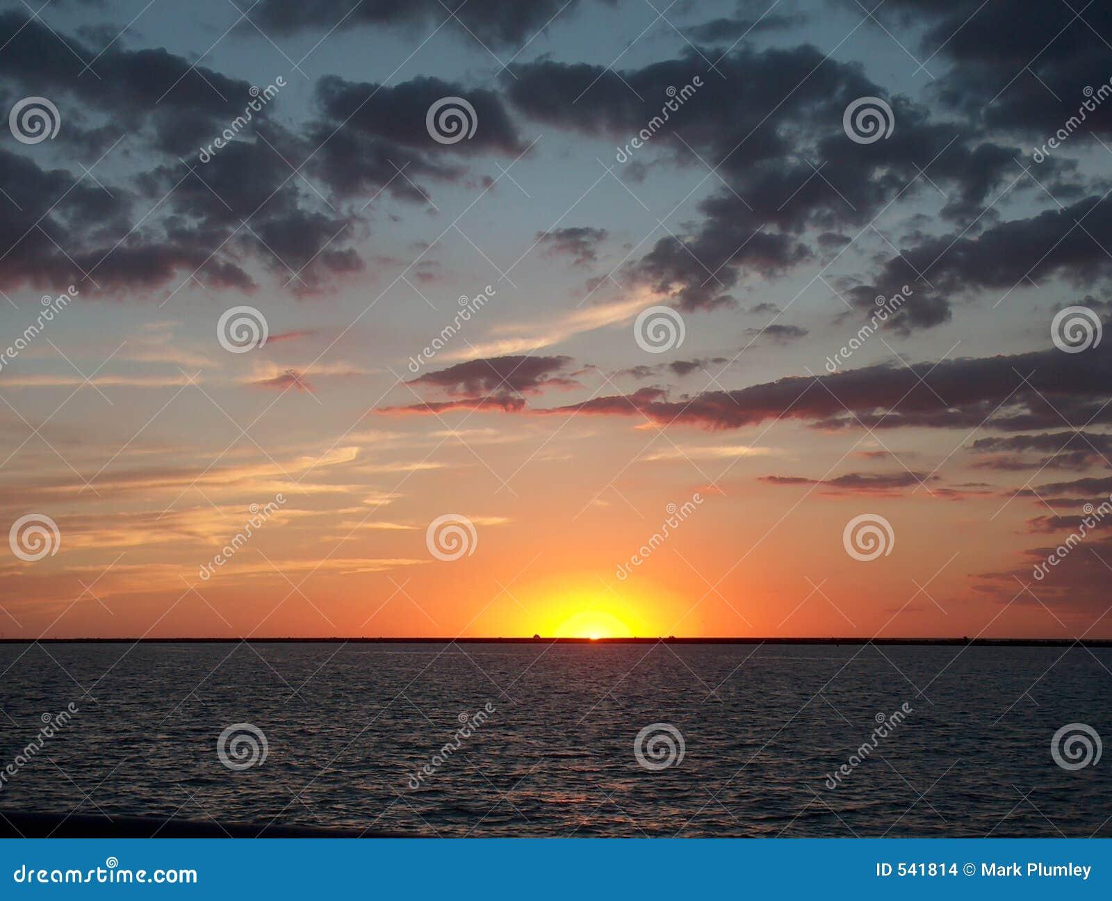 Download 伊利湖日落 库存照片. 图片 包括有 夜间, 微明, 日落, 黄昏, 天空, 海运, 云彩 - 541814