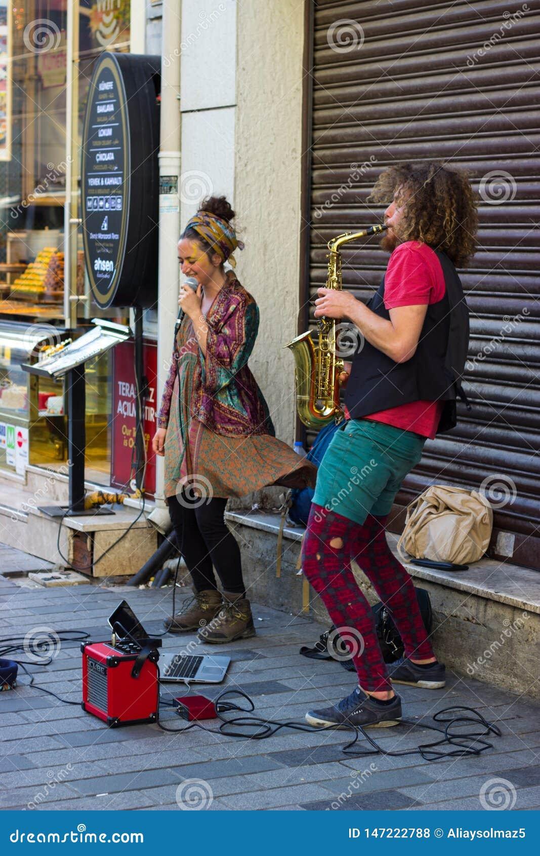 伊斯坦布尔,Istiklal街/土耳其9 5 2019年:执行他们的展示,Istiklal街的萨克斯管艺术家的街道音乐家