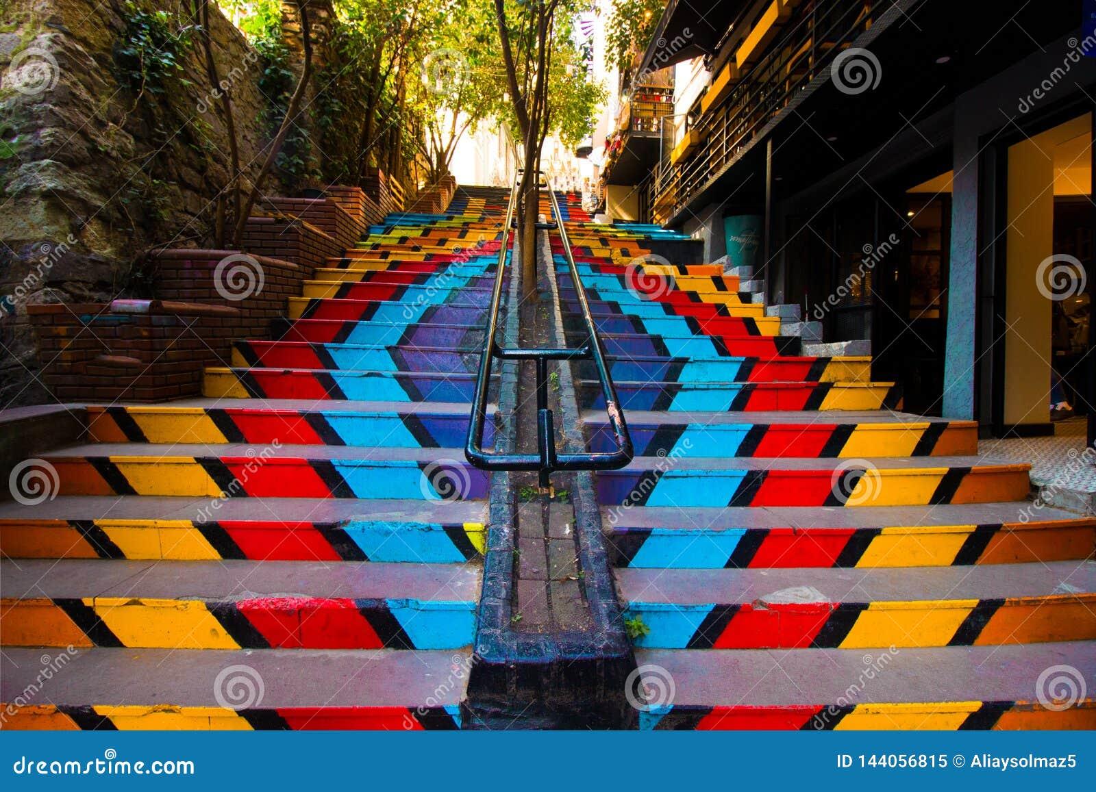 伊斯坦布尔,Karakoy/土耳其04 04 2019年:五颜六色的台阶、街道艺术和生活概念