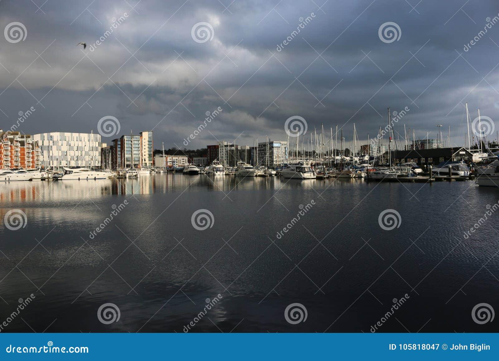 伊普斯维奇有暴风云的江边小游艇船坞