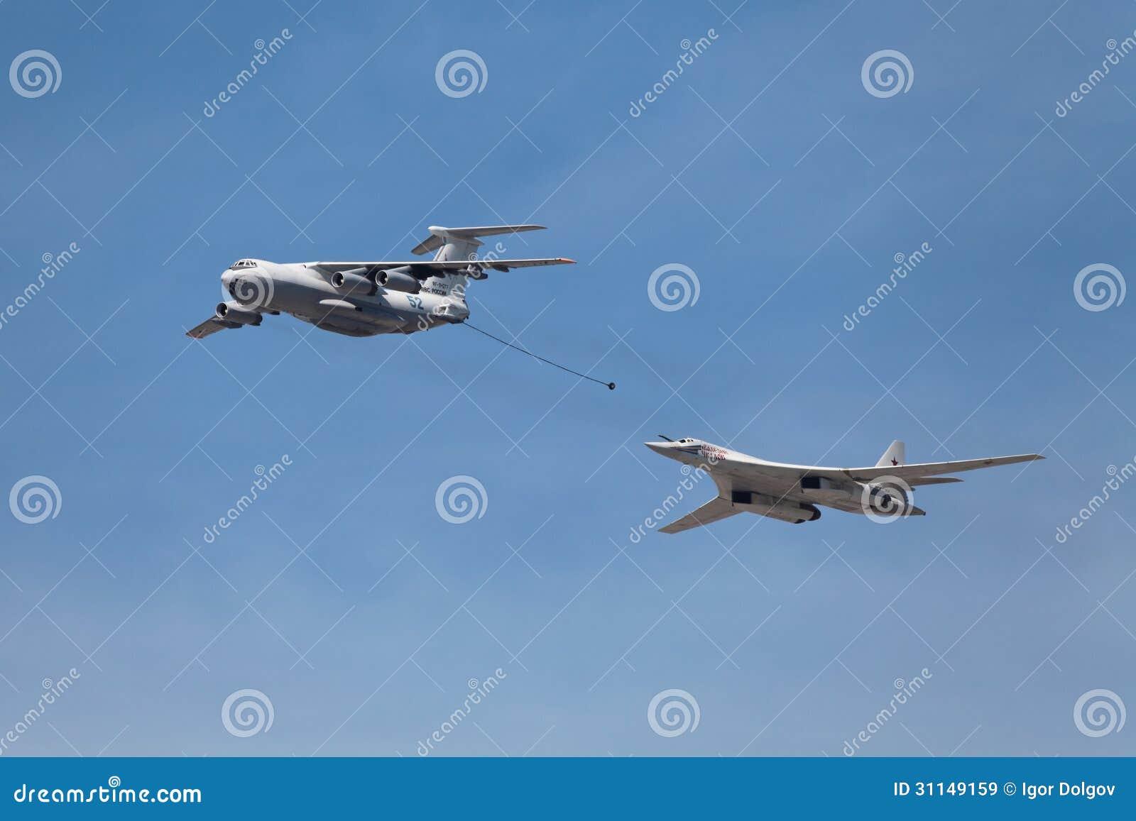 第一改�(9k�9��yd�yil_申il78和超音速重的战略轰炸机图波列夫图-160的2013年5月9日在莫斯科