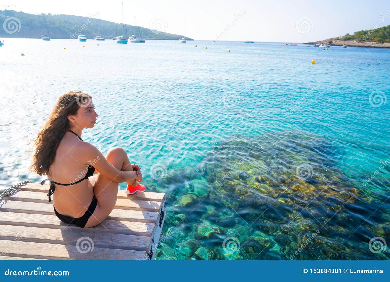 伊维萨岛比基尼泳装女孩放松在Portinatx海滩