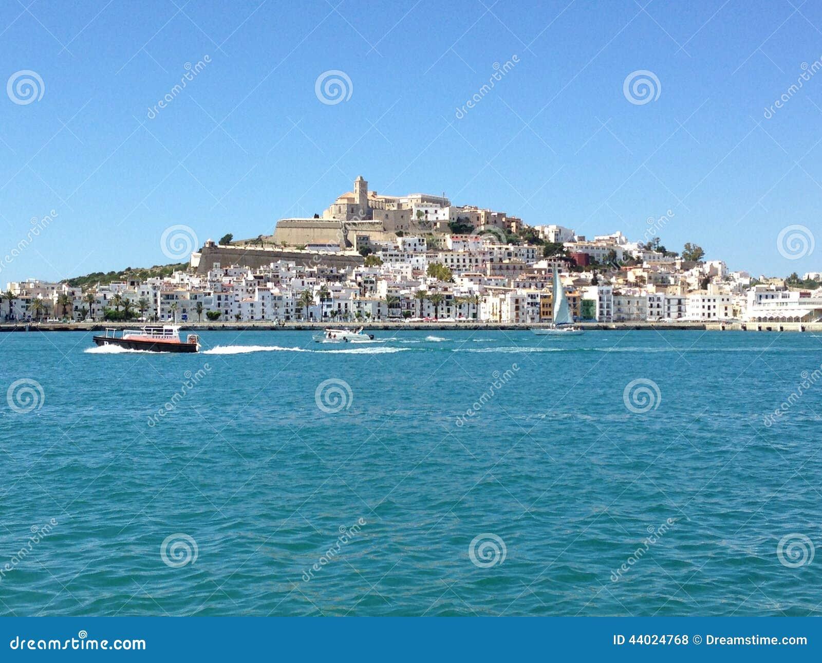 伊维萨岛从港口的市视图