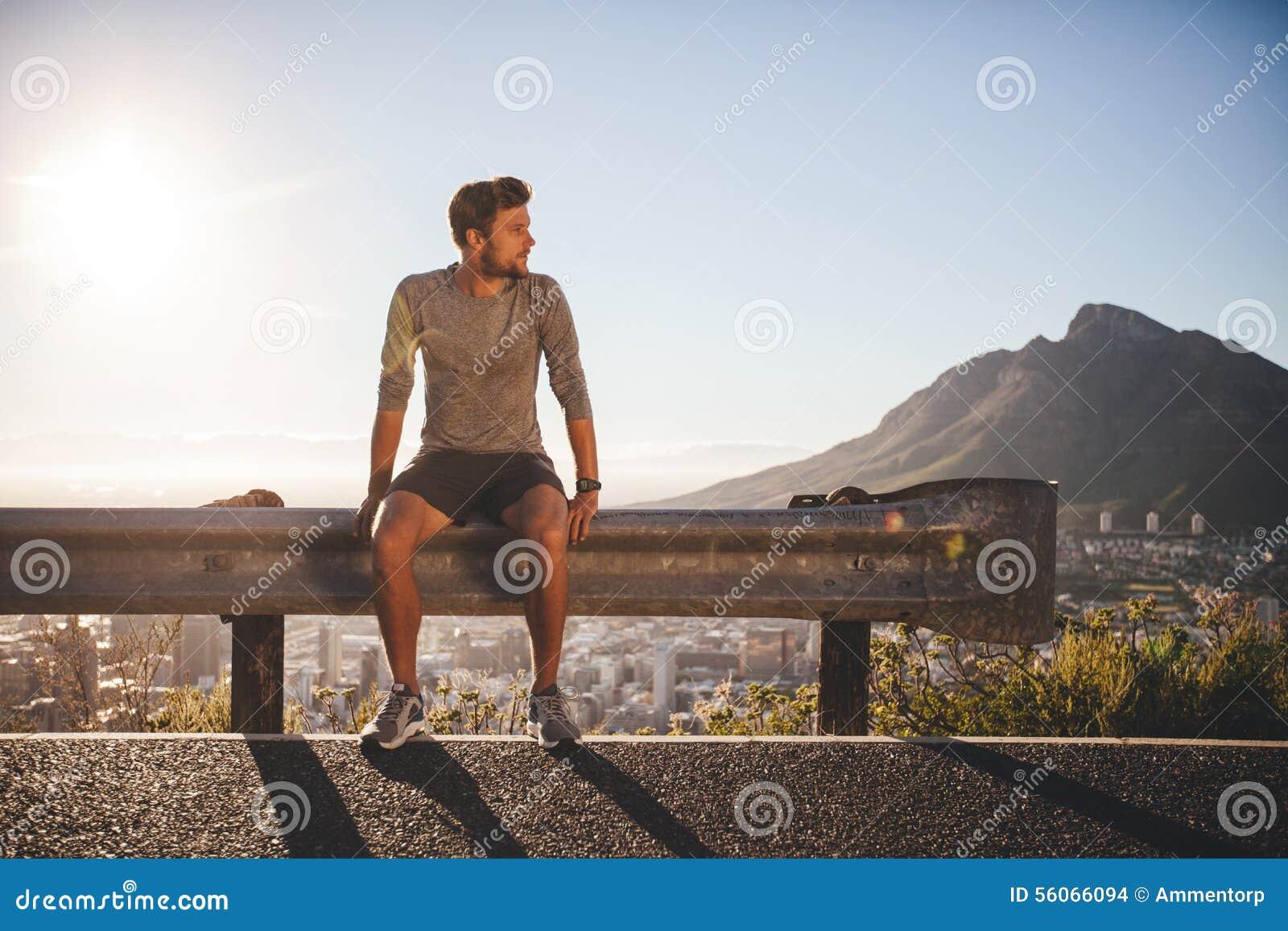 休假的人在早晨奔跑以后