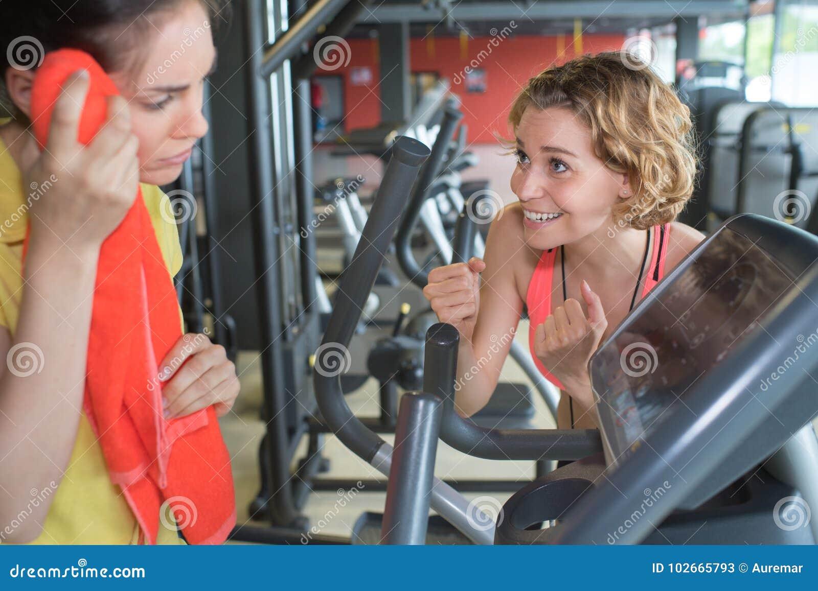 休假的女运动员在解决在健身房以后