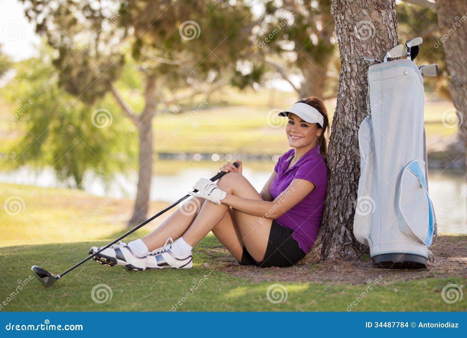 休假的愉快的女性高尔夫球运动员