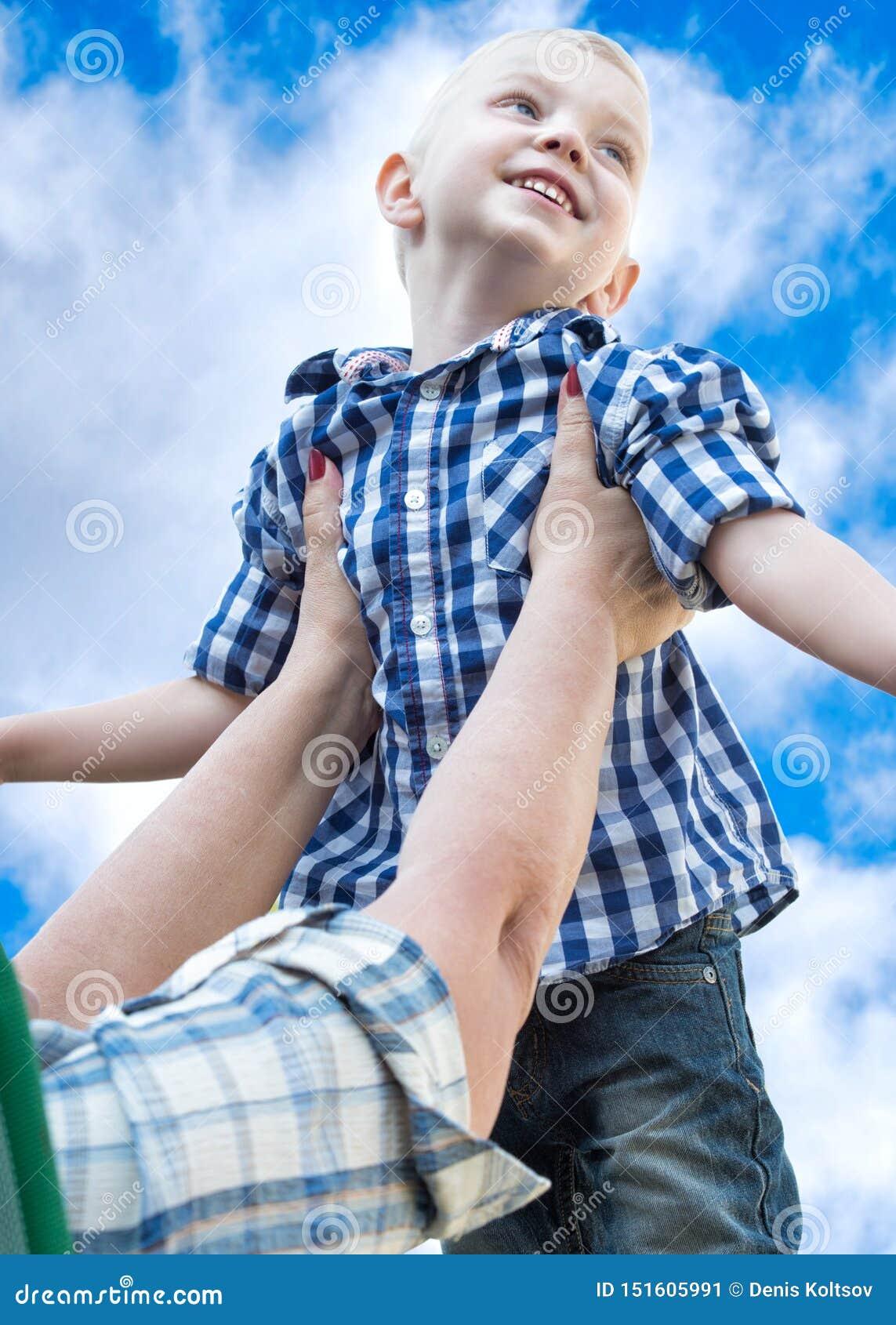 休息在他的祖母的房子的小男孩 比赛和娱乐
