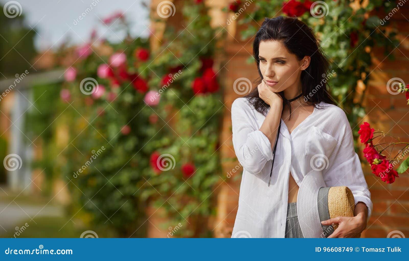 休息在夏天意大利庭院的妇女