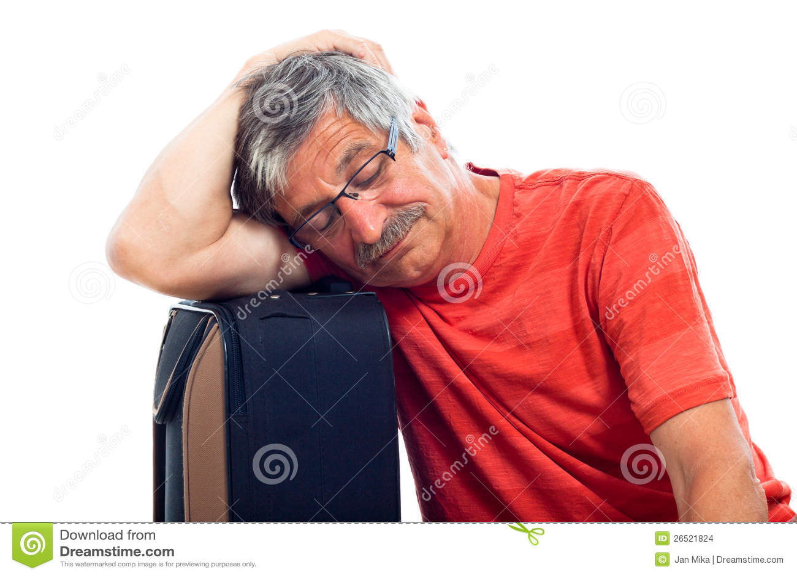 休眠在皮箱的老人