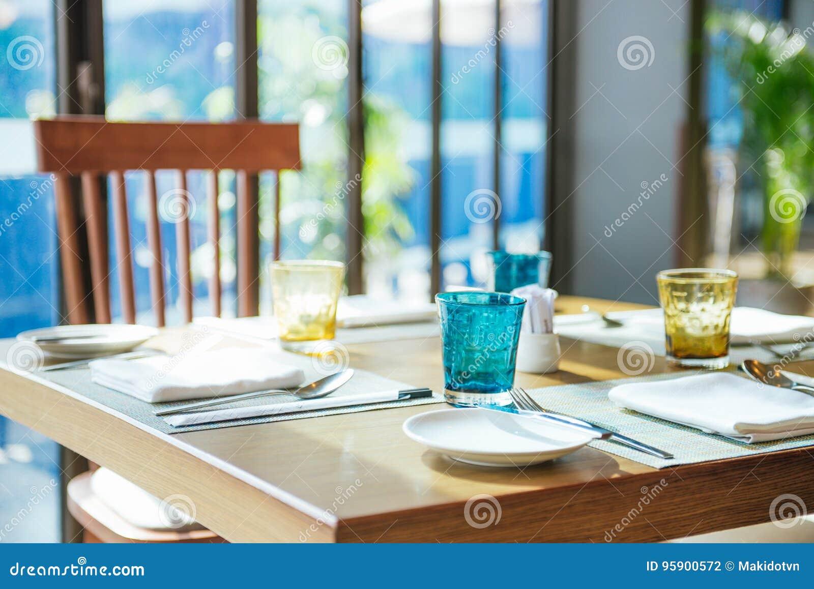 休闲、旅行和旅游业概念 在餐馆的表设置