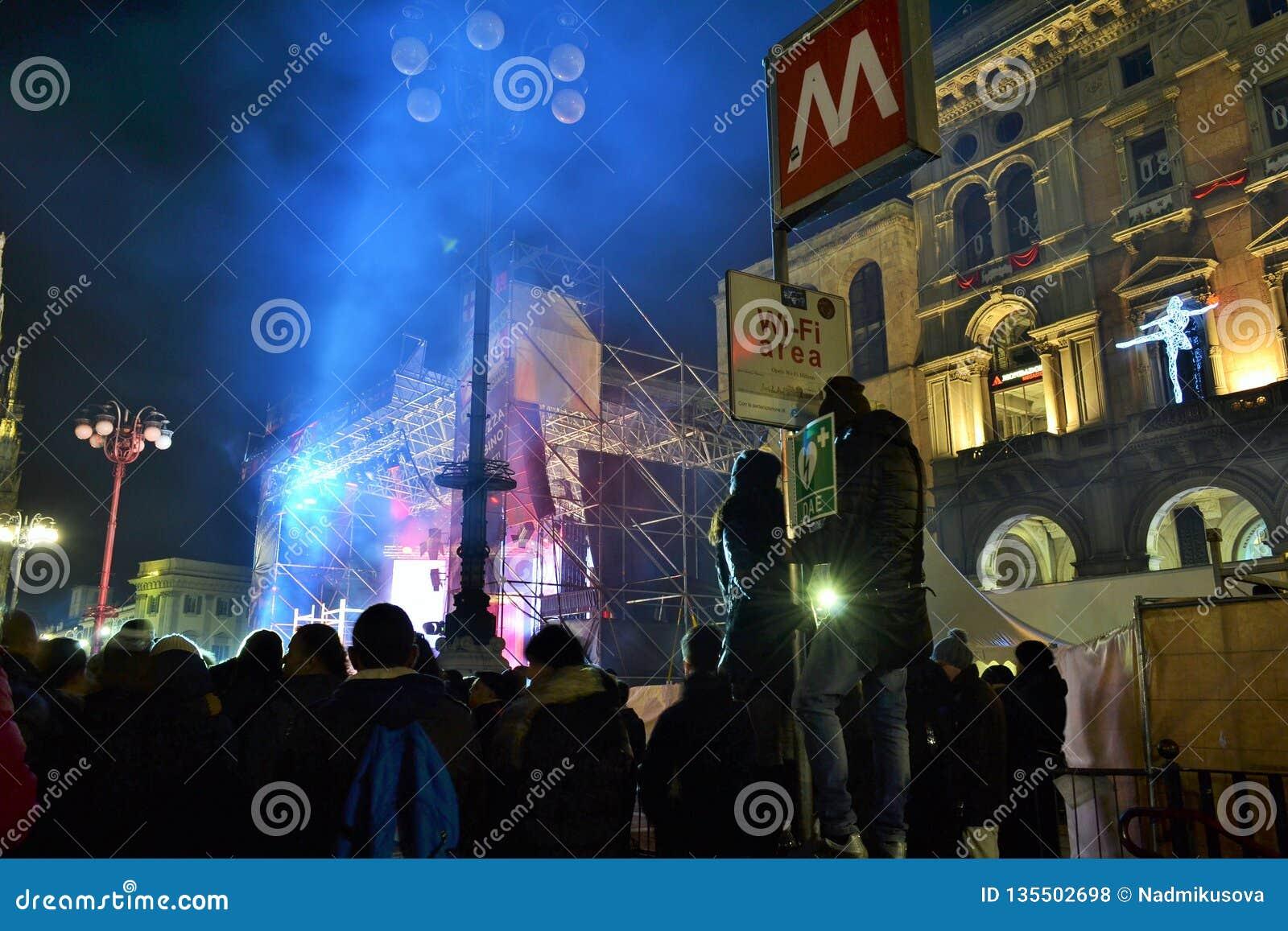 众多的爱好者观看在阶段的新年的音乐会被安装在中央寺院正方形
