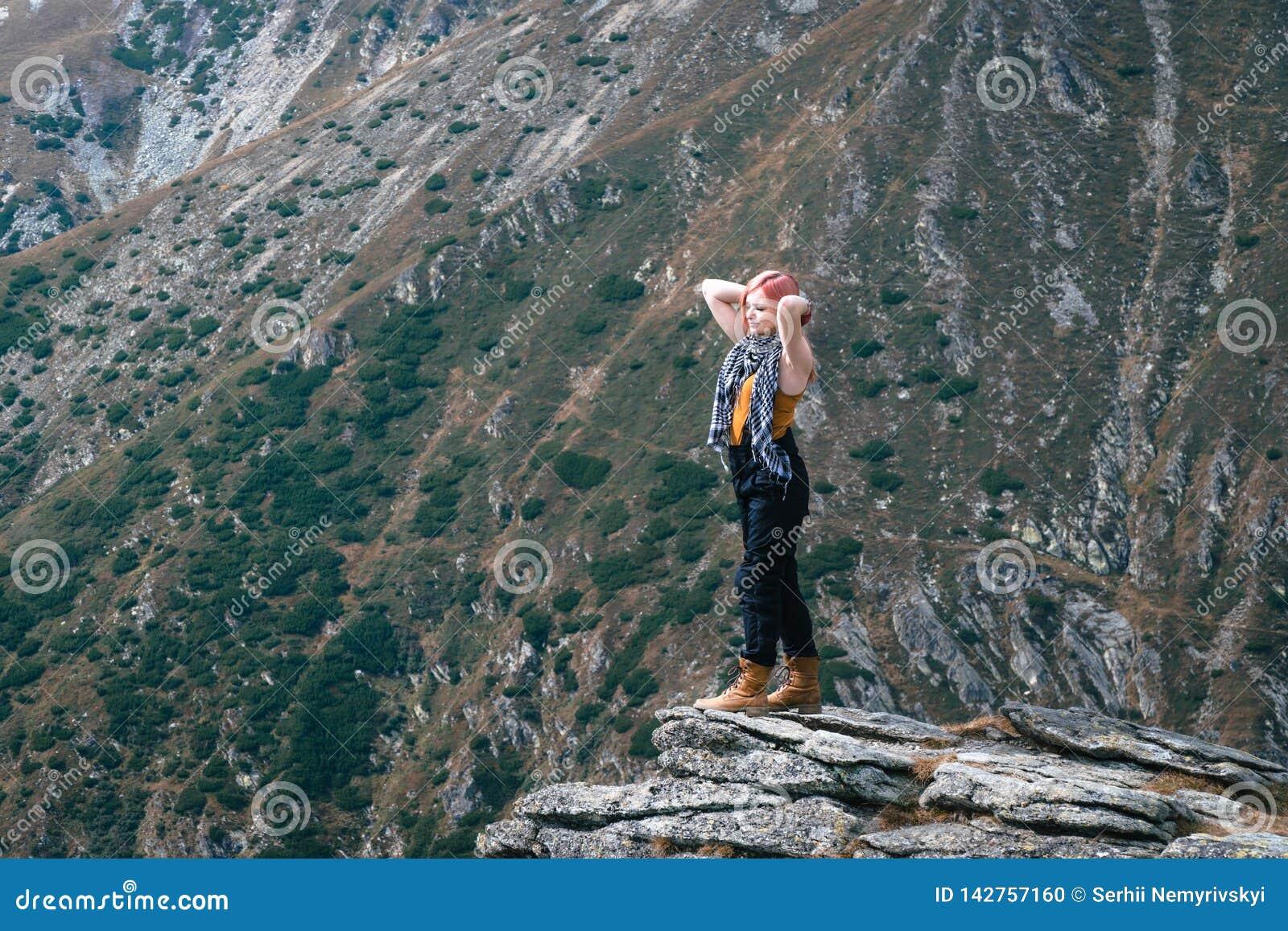 优胜者 球尺寸三 在远足的徒步旅行者女孩在山上面以后 复制空间 冒险罗马尼亚