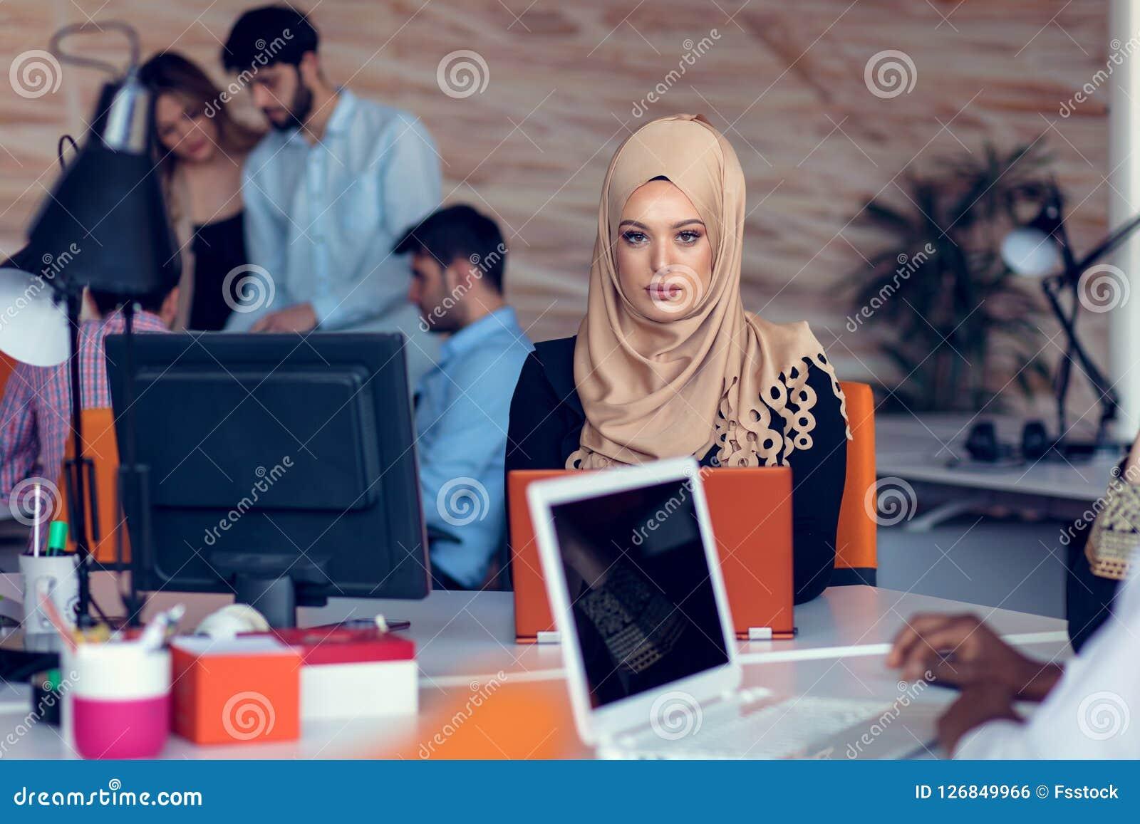 会议的年轻创造性的起始的商人在做计划和项目的现代办公室