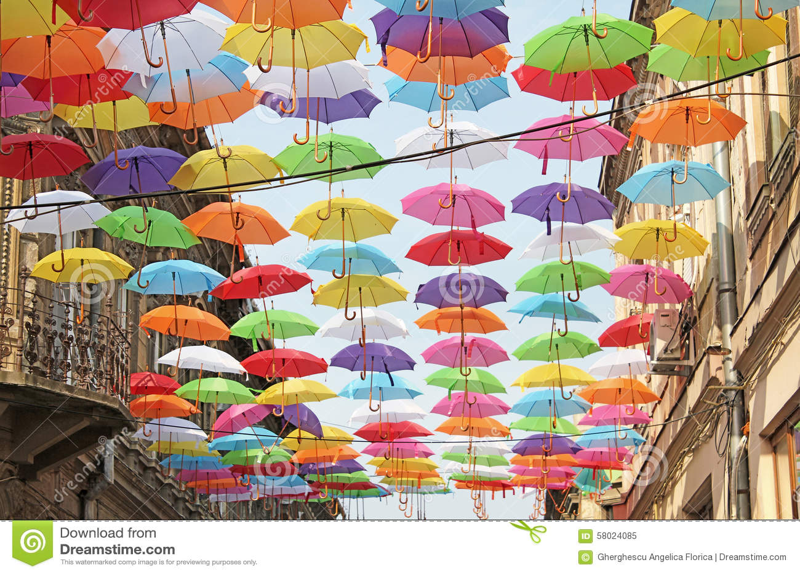 色五tian_与五颜六色的伞的街道装饰在metianu步行街道上在arad,罗马尼亚.