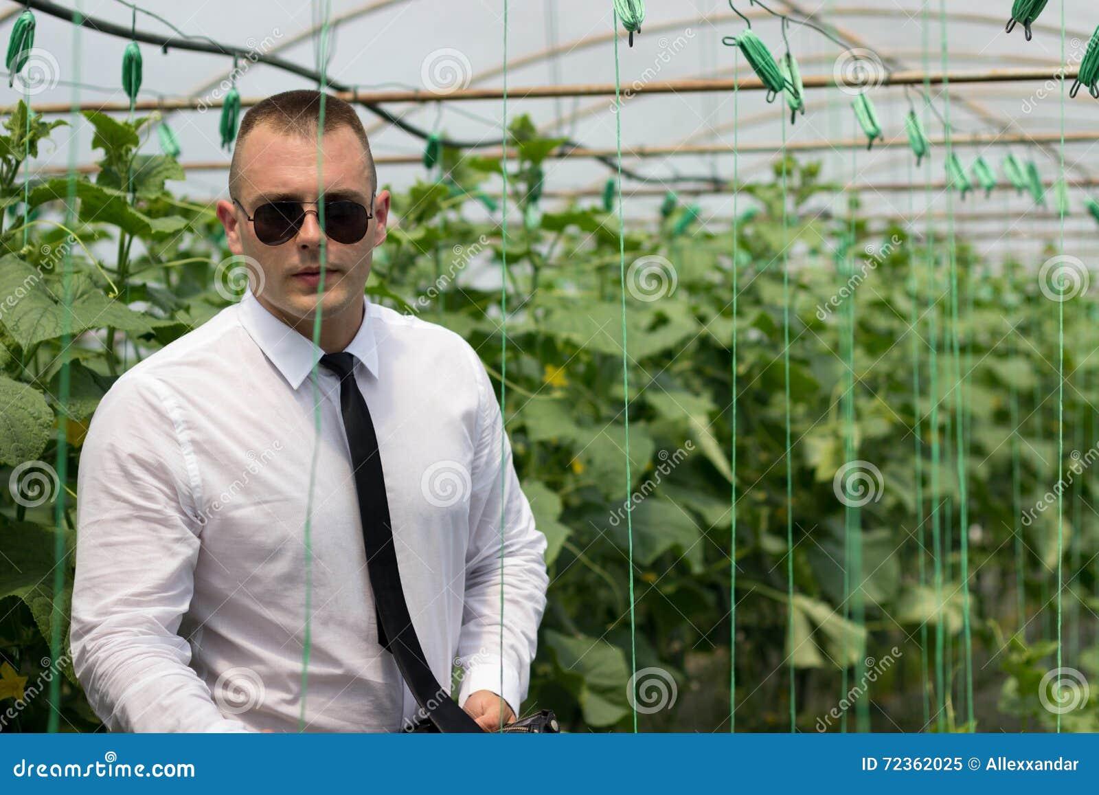 伟大的植物温室 骄傲的人、现代商人自他的温室和感觉信心
