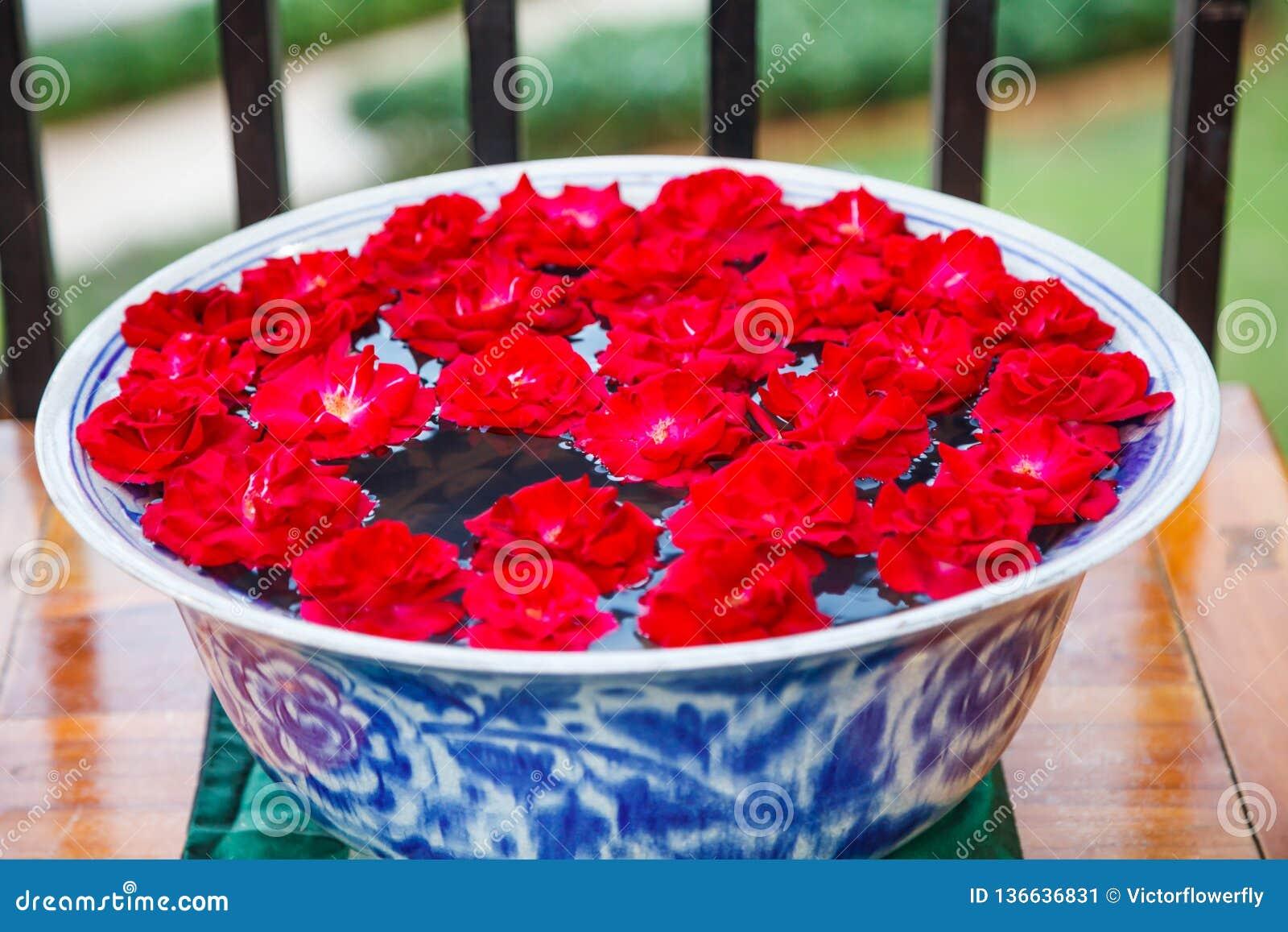 传统亚洲泰国建筑室内设计:有手工制造开花的红色庭院的装饰的陶瓷瓷碗上升了