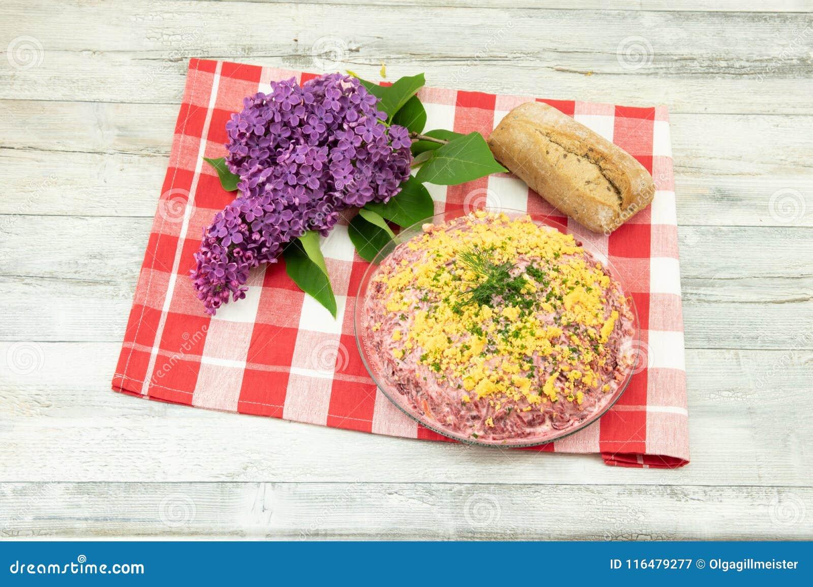 传统俄语分层了堆积沙拉名为鲱鱼在皮大衣下