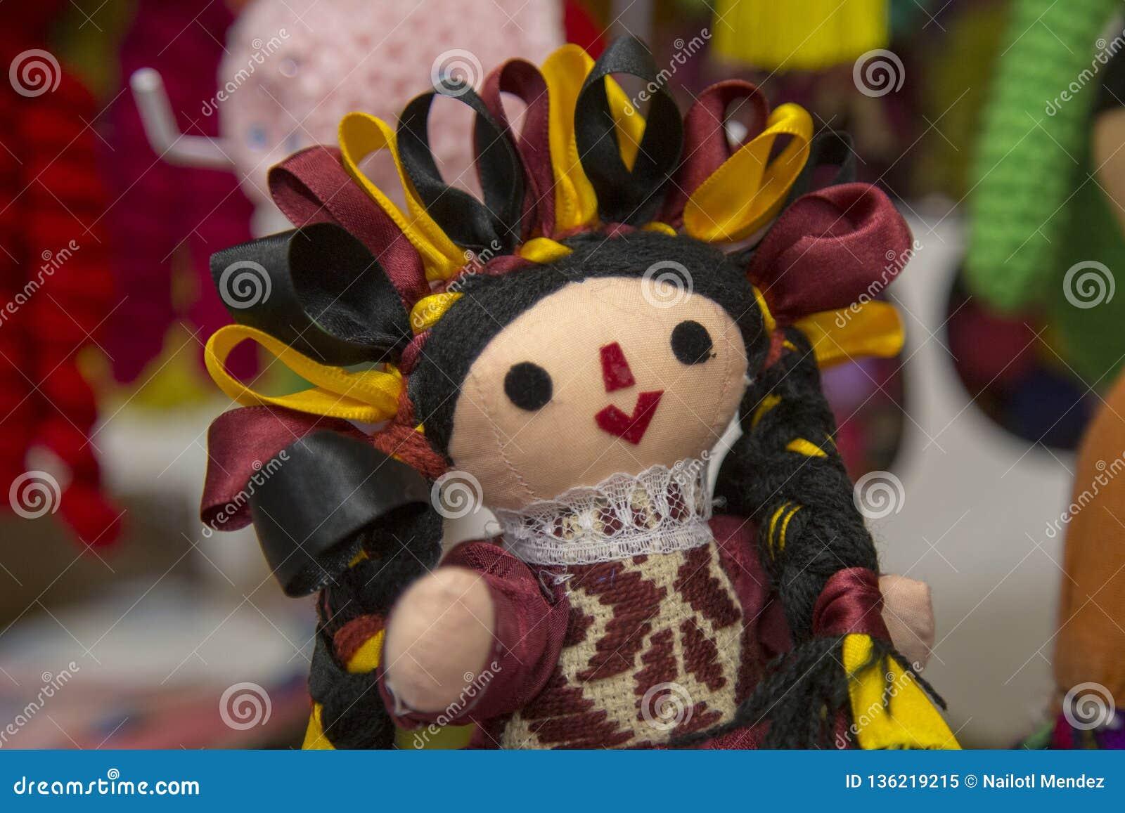 传统墨西哥人玛丽亚布洋娃娃、男性和女性生存出售在街市克雷塔罗