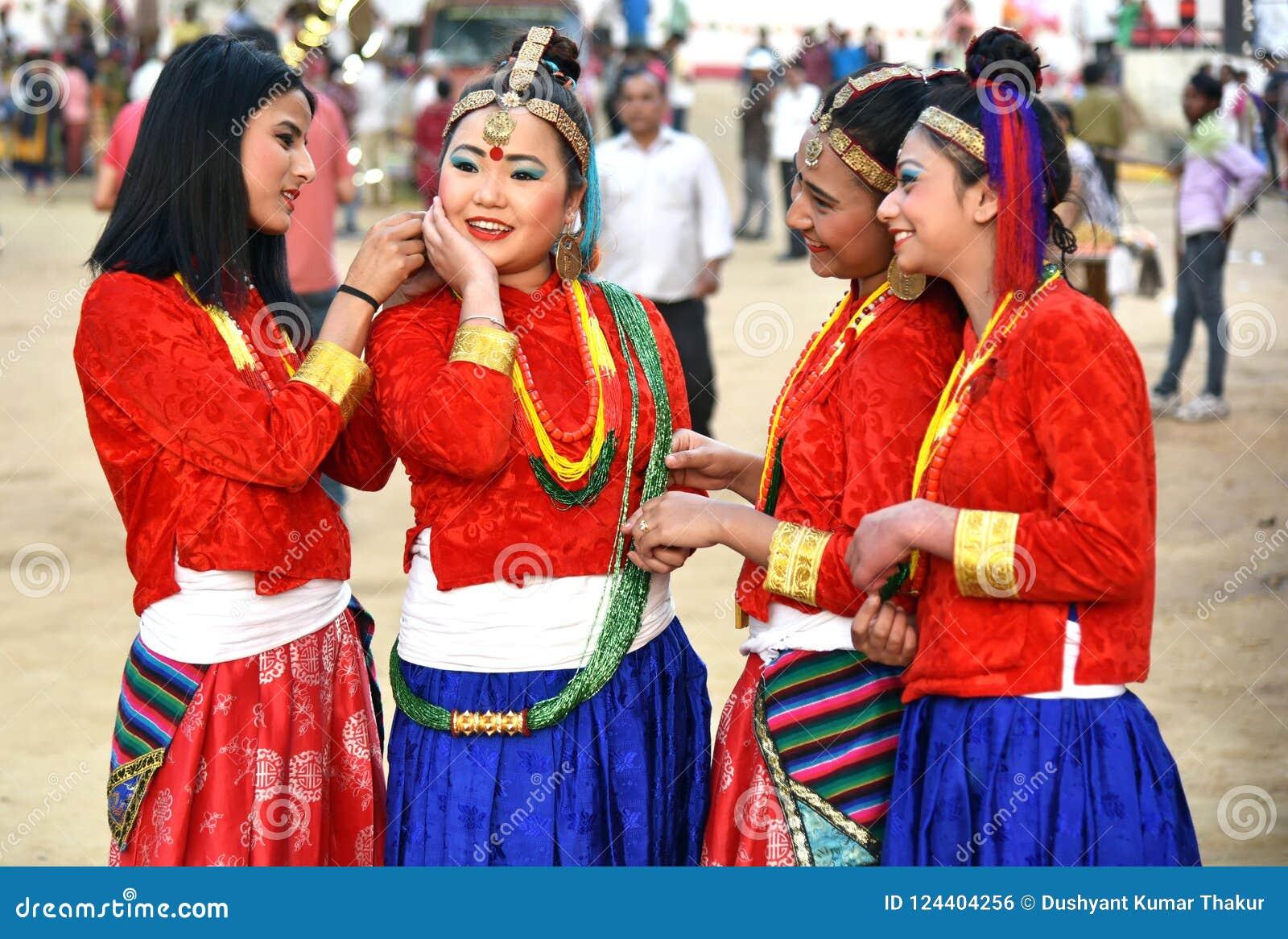 传统服装的尼泊尔女孩