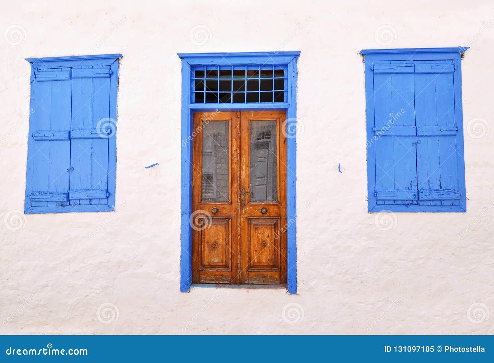 传统木门和窗口在九头蛇海岛希腊