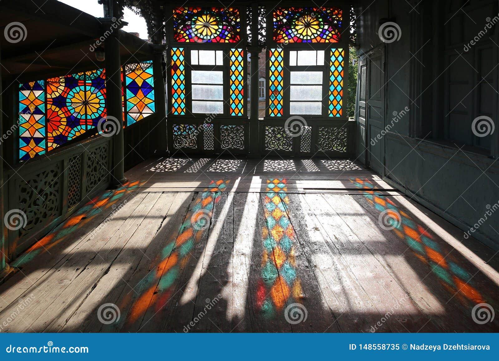 传统格鲁吉亚样式的木被雕刻的阳台与彩色玻璃窗